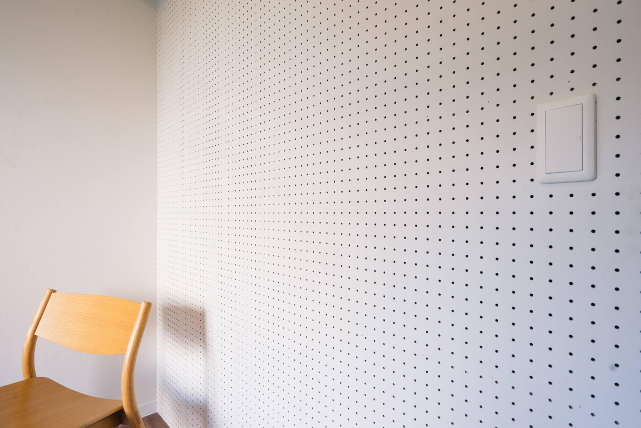 壁の一面が有孔ボードになっていて、フックや棚をつけて自分好みにカスタマイズできるのも嬉しいです。