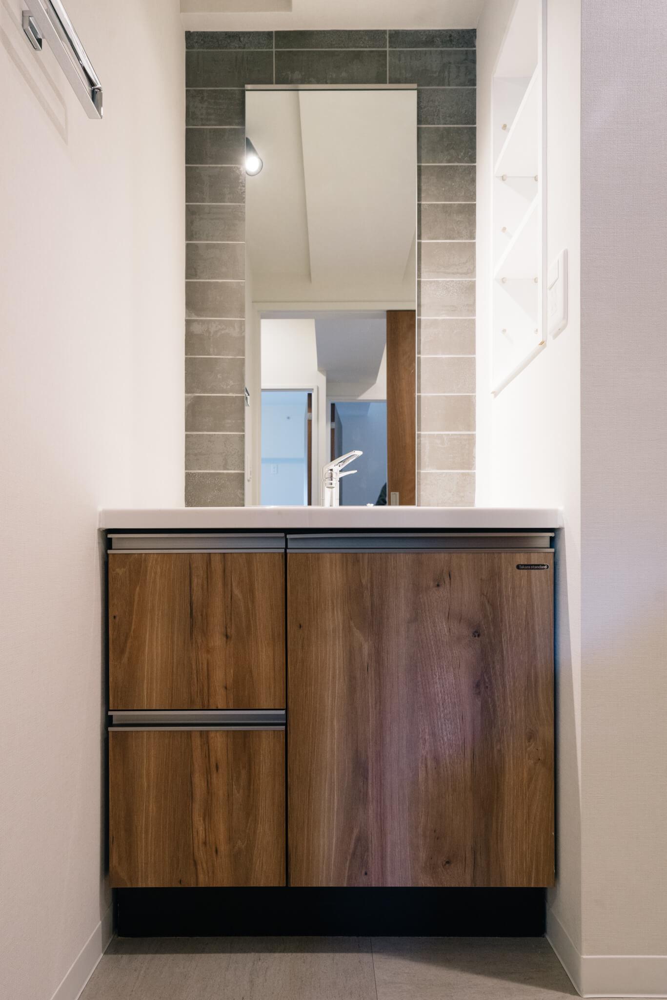 キッチンと同じタイルがあしらわれた洗面台。ホテルみたいなスタイリッシュな雰囲気。