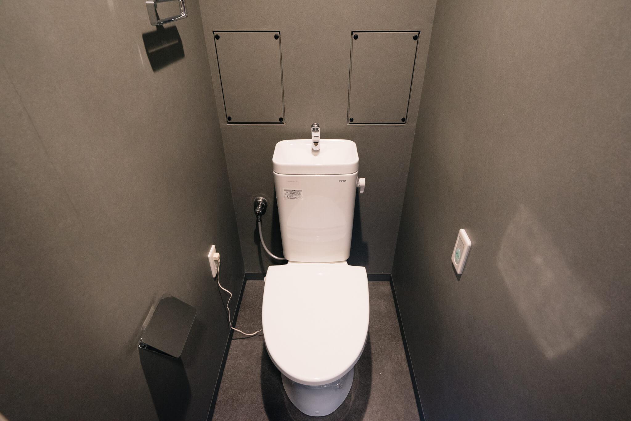 トイレは全面がグレーの壁紙に張り替えられ、シックな空間になっていました。