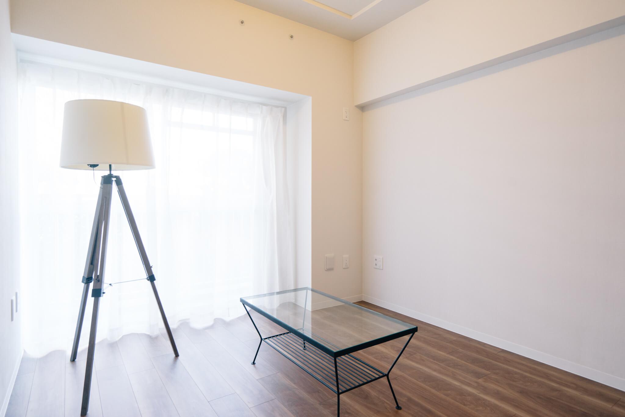 玄関側の洋室は、窓が大きくて明るいですね。