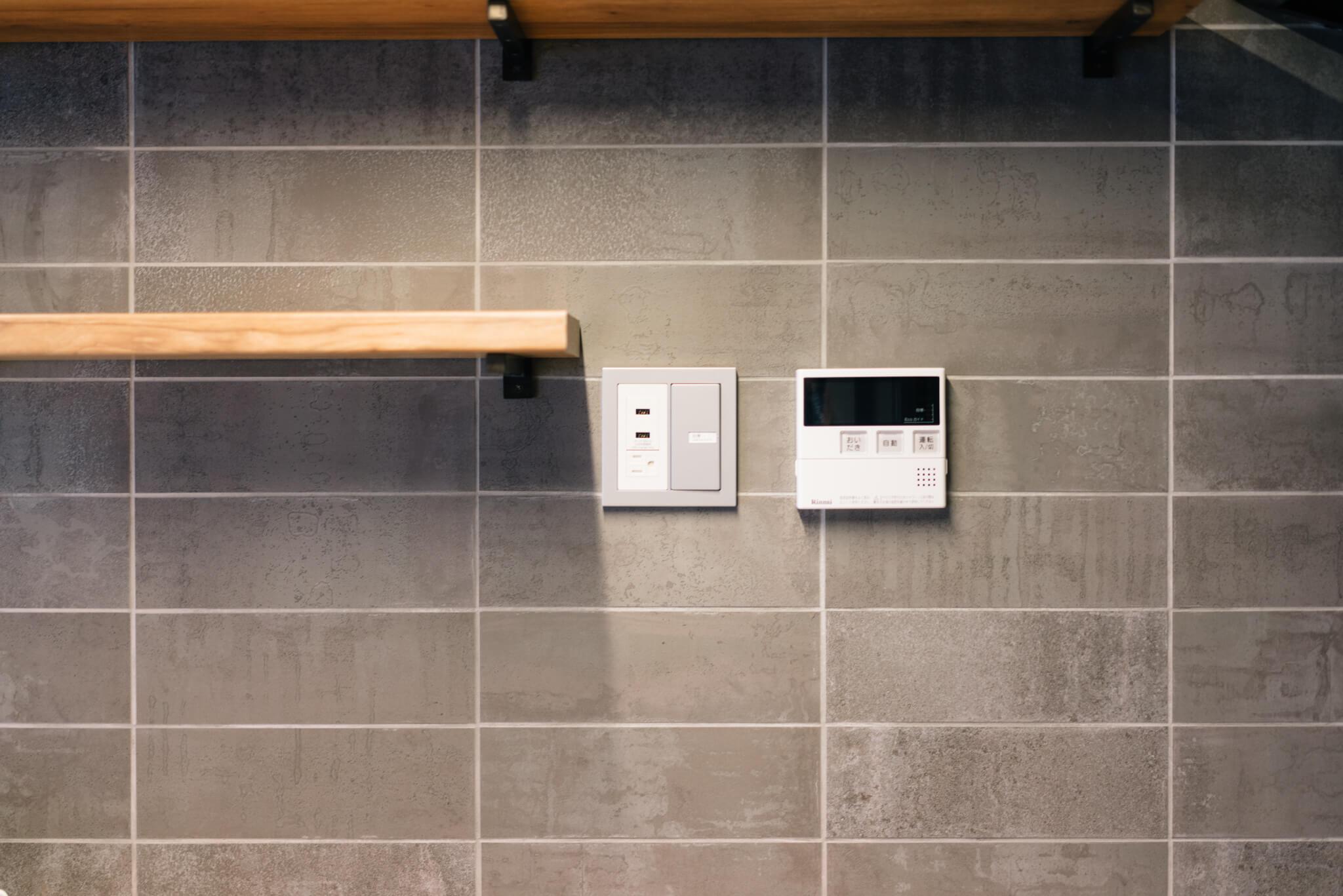 棚板の横には、USB給電もできるコンセントがあり、スマホやタブレットでレシピを見ながらのお料理もできます。