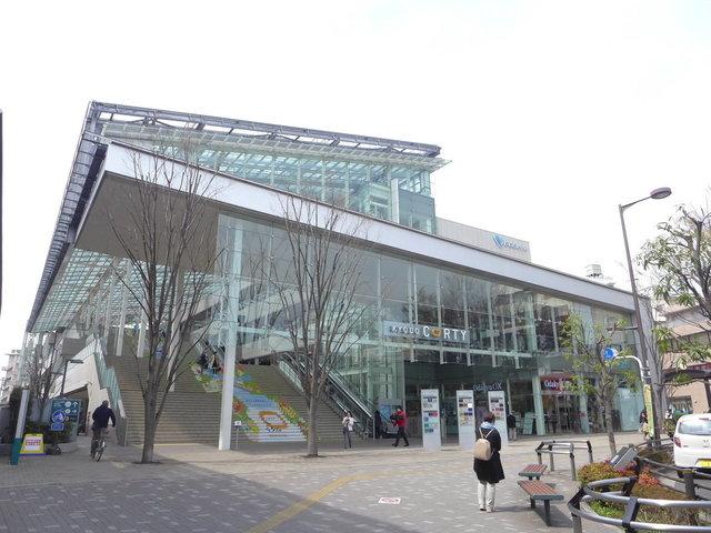 経堂駅前には、ロフトなど様々なショップ、食料品店の入ったおしゃれな商業施設、コルティがあり、華やかな雰囲気です。