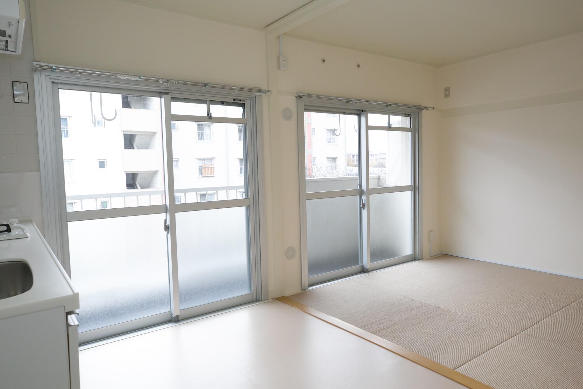 キッチンも白、張り替えられた床も明るい色で、空間を広く見せてくれるようです。リビングの一部と、居室部分には、麻畳を使用。