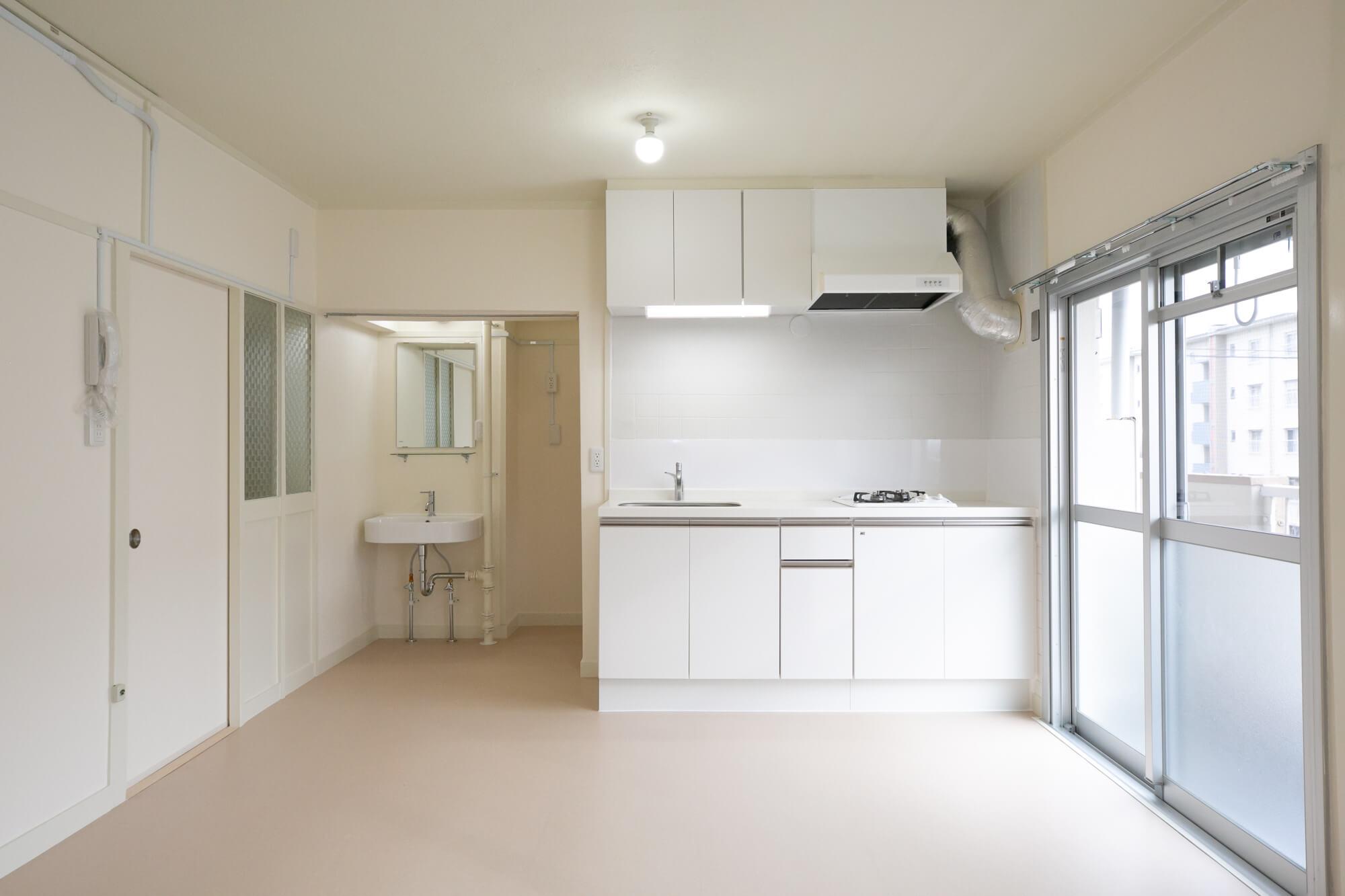 こちらは、2DKから1LDKへとリノベーションされたお部屋(A12号棟 302号室 / 1LDK / 40.89㎡ / 賃料46,000円/共益費1,750円)。