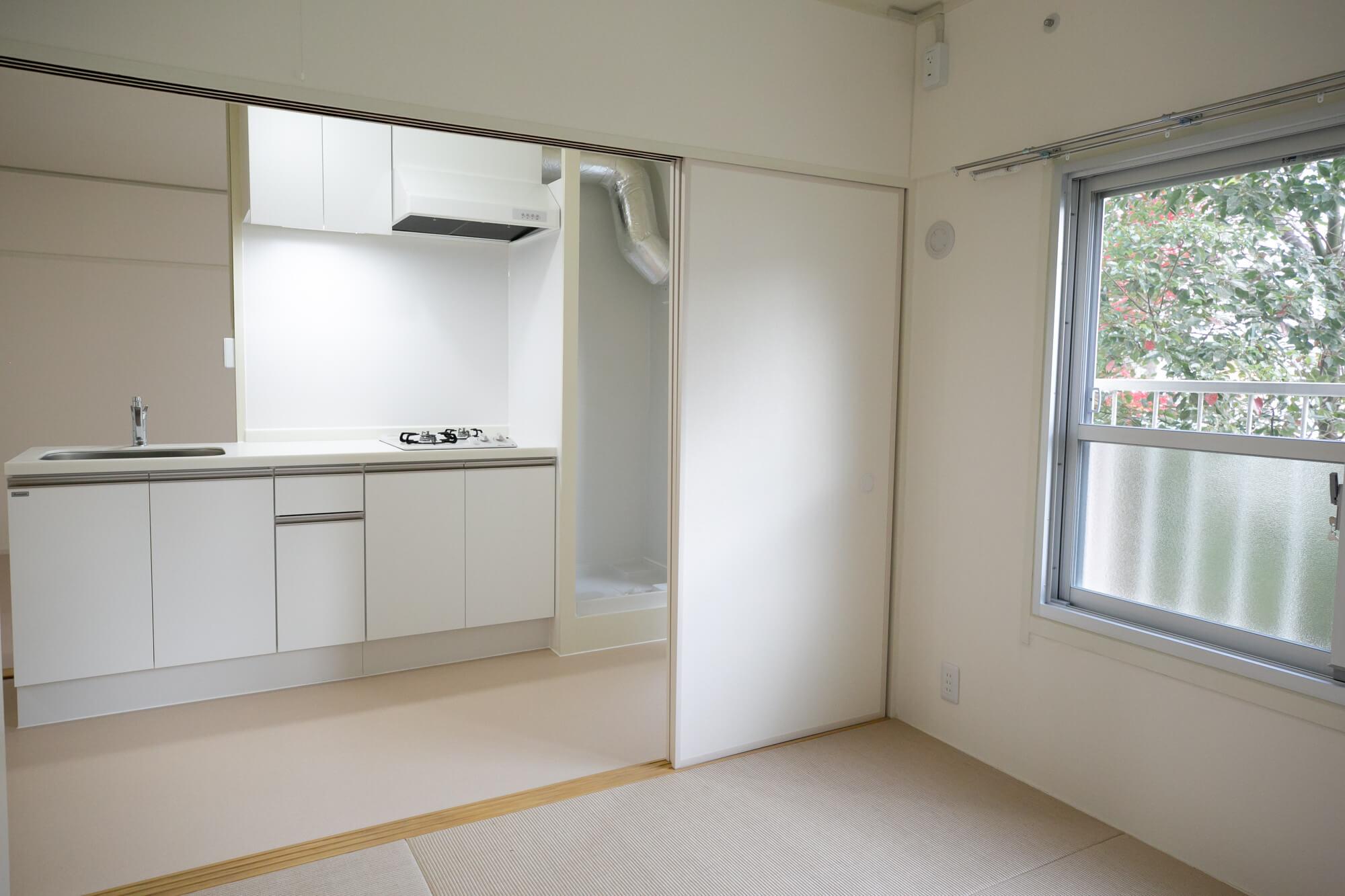特に、南北に和室がある2DKのお部屋は、間の引き戸をはずしてしまうこともできるので、広いリビングのように使ったり、閉め切って寝室や仕事部屋に使ったりと、いろんなパターンが考えられそう。