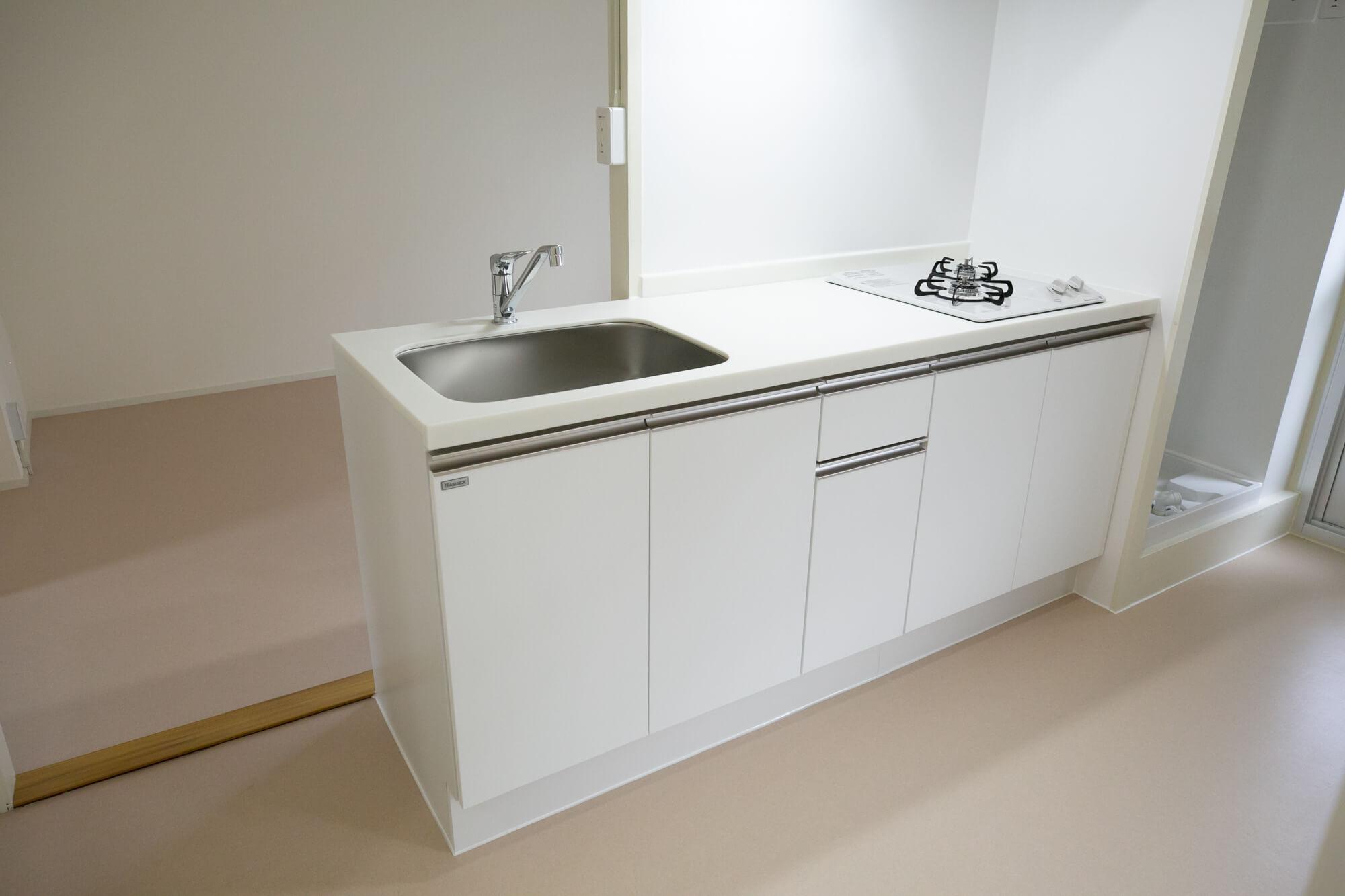 キッチンが真ん中にあるタイプのお部屋も(2DK / 45.49㎡ / 50,600円 / 共益費 1,750円)。白鷺団地のリノベルームのキッチンは、ガスコンロがビルトインで、天板も真っ白。掃除がしやすそうなところもポイントが高いと思いました。