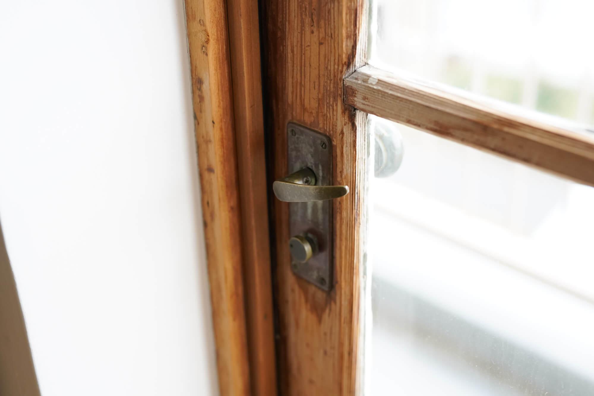 窓のサッシも木製です。