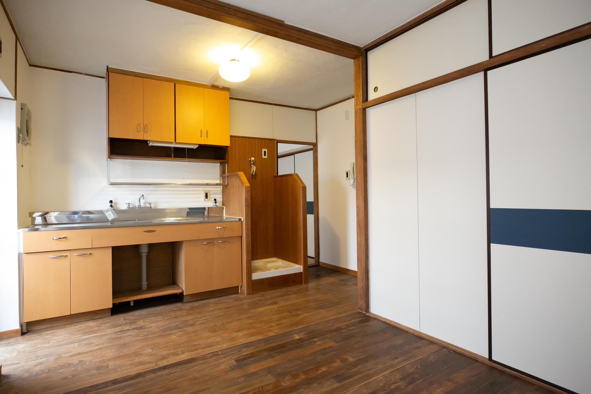 こちらがそのお部屋。建設当時(昭和38年ごろ)に使われていた、木製の建具やキッチンを再利用しています。床材はブナの無垢材なんだとか。