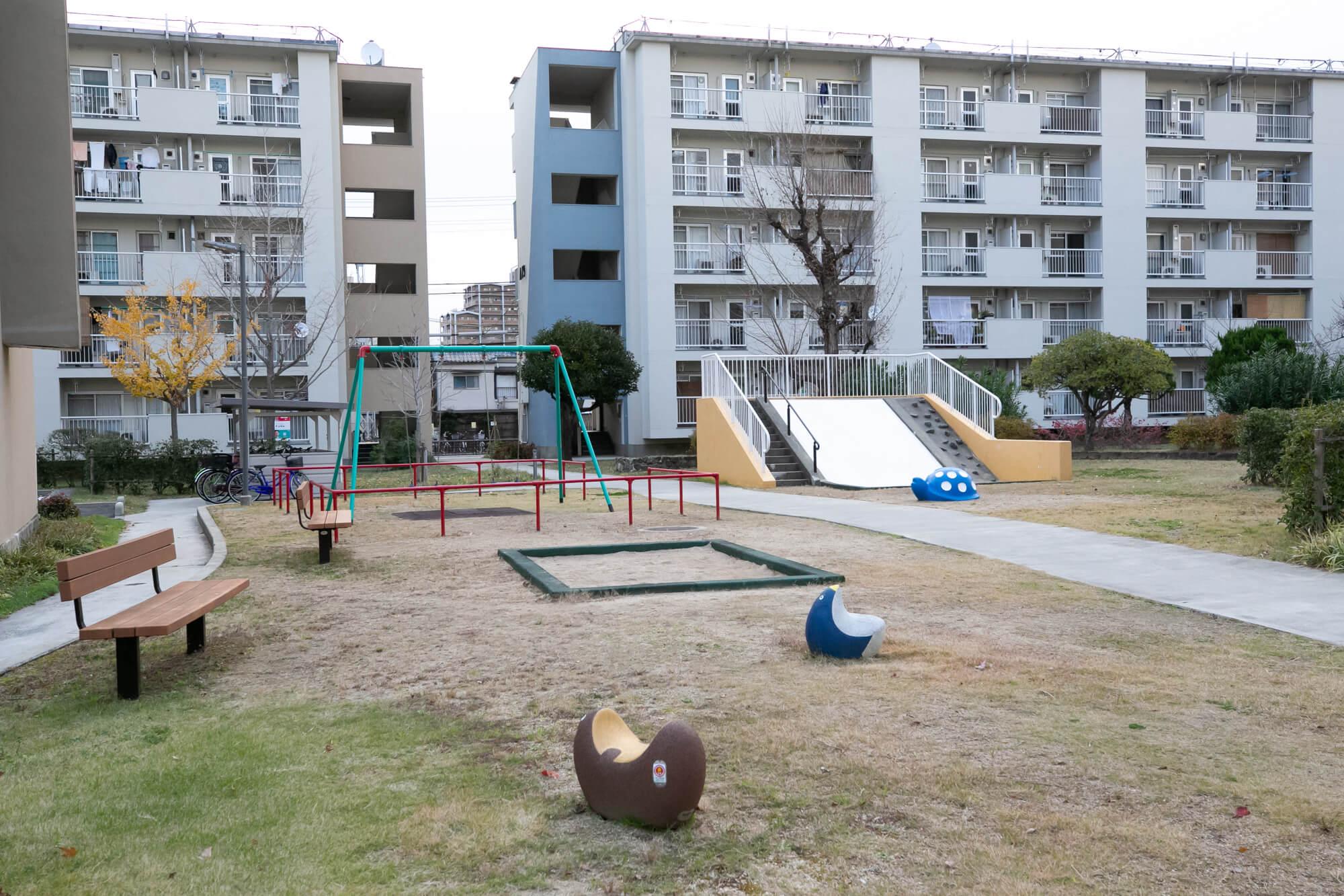 ゆったりと取られた遊歩道に、いろんなところに遊具やちょっとした休憩スペースもあります。