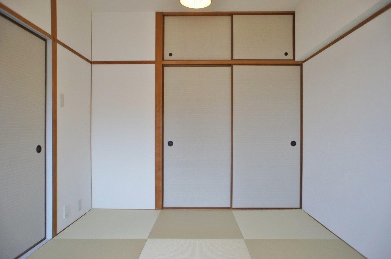 もう一部屋は、意外なことに和室です。琉球畳がモダンな雰囲気を醸し出してくれるので、古くささはありません。布団で寝てもいいし、ベッドを置いてもOK。二人の好きなようにインテリアを置いてみましょう。