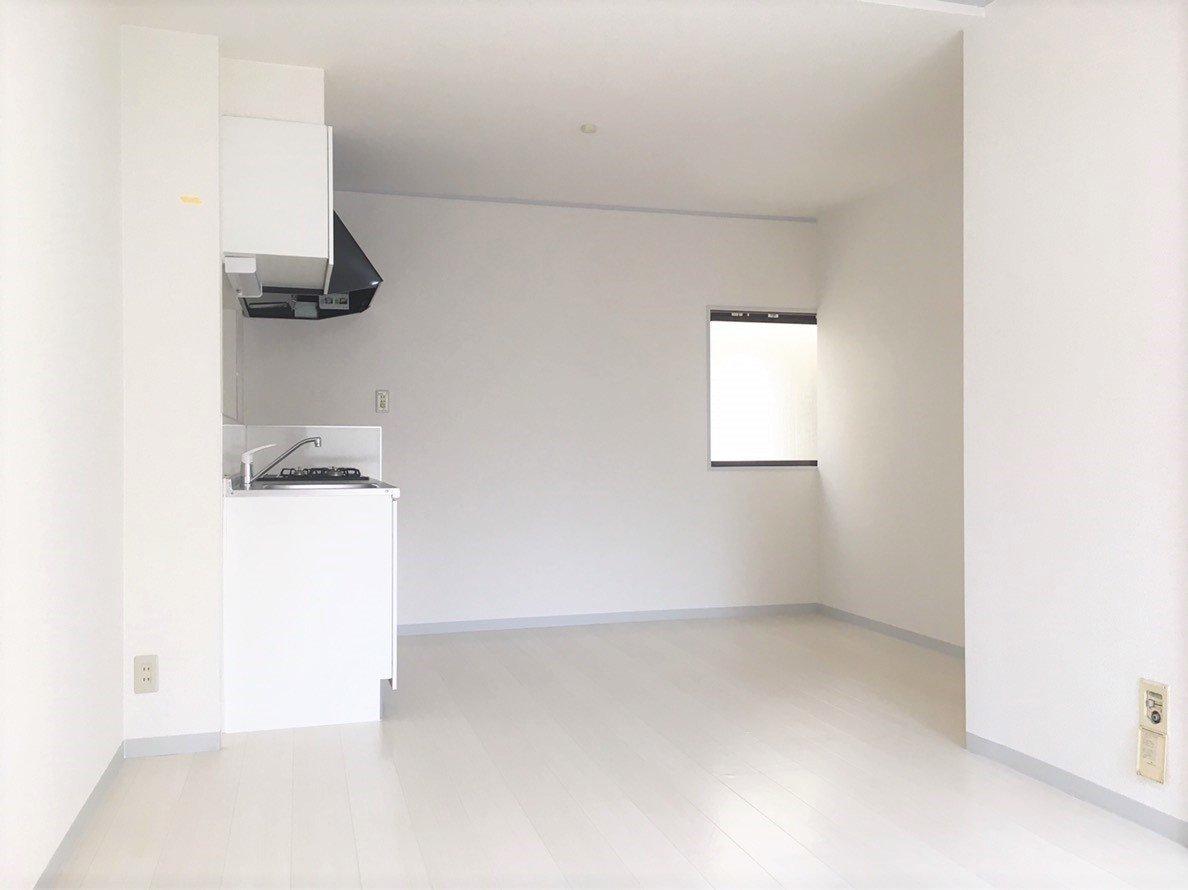 室内は白で統一された、清潔感のあるテイストが印象的。どちらかが先に起きて、朝食の準備をしてくる音が聞こえてきそうな、リビングに面したキッチンです。