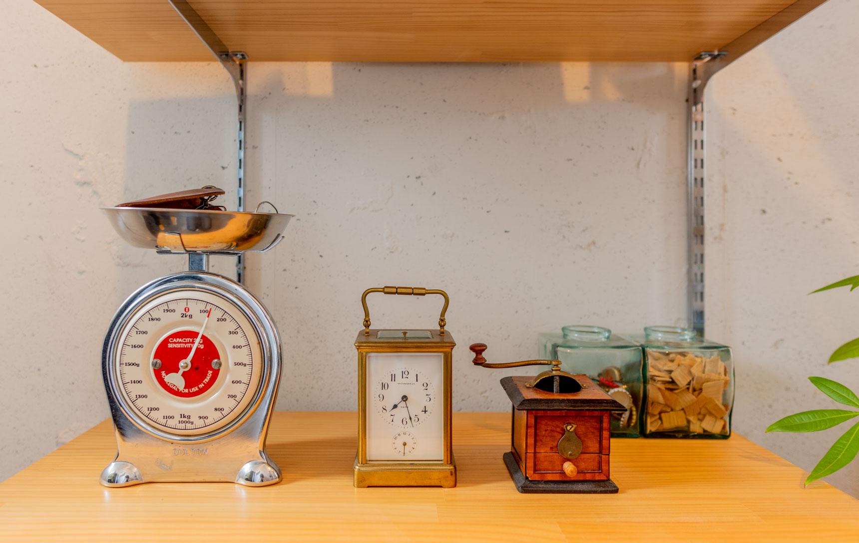 キートレイになっているはかりはドイツで買いました。時計やミルは、家族代々受け継いでいるもの