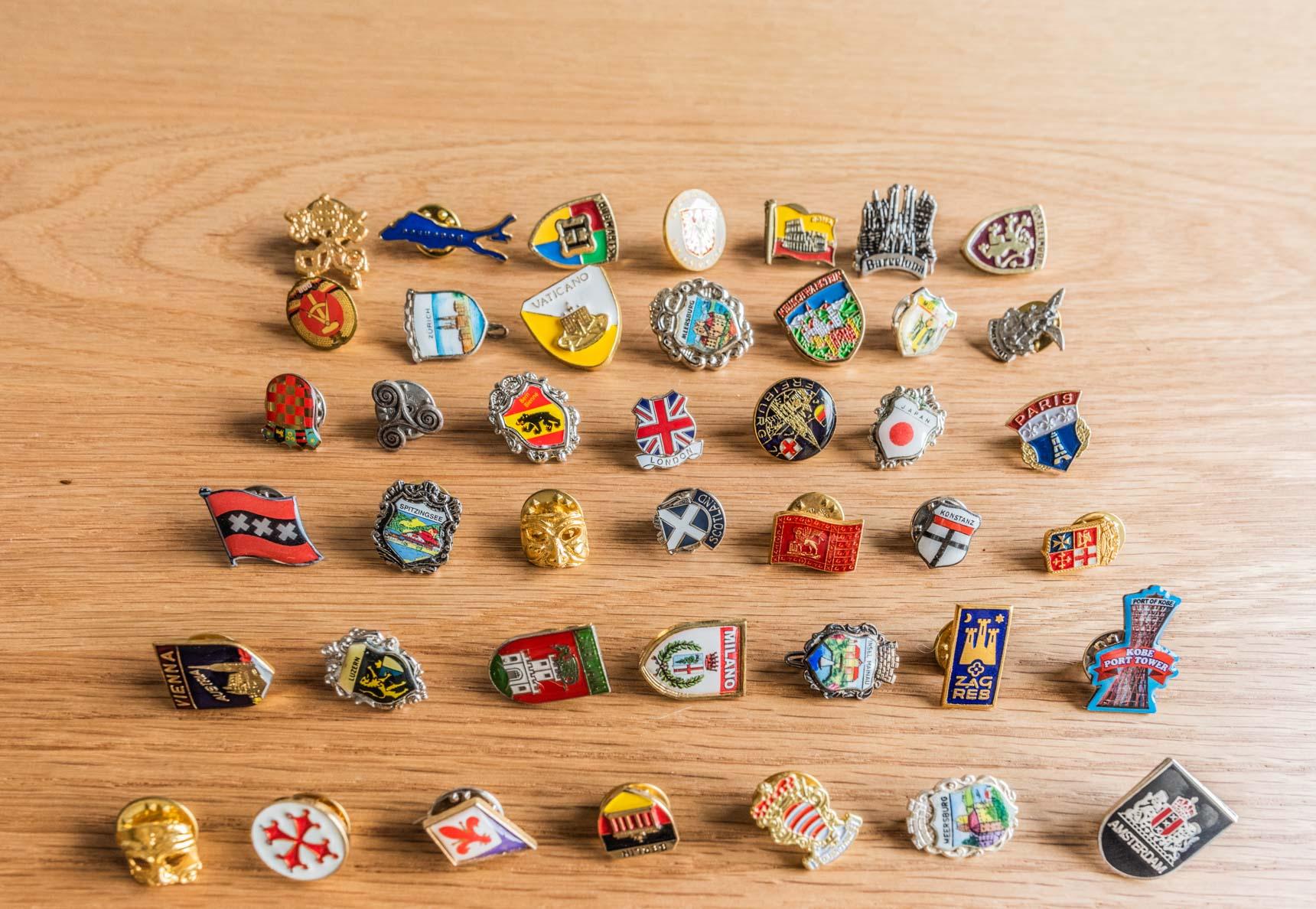 恒例の「集めているものを並べてもらう」も、旅に関係したものでした。各国で手に入れたピンバッジ。「どこに行ってもお土産屋さんにたいていあるし、かさばらないから記念にちょうどいいんですよ」