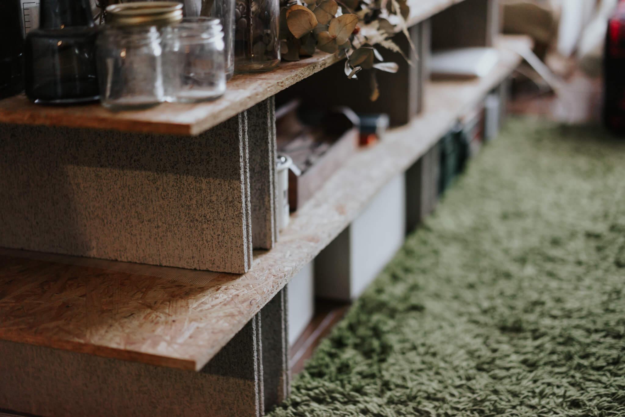 ローボードは、ホームセンターで手に入れたOSB合板と、コンクリートブロックを組み合わせたもの。材料費は2,000円程度だそう。
