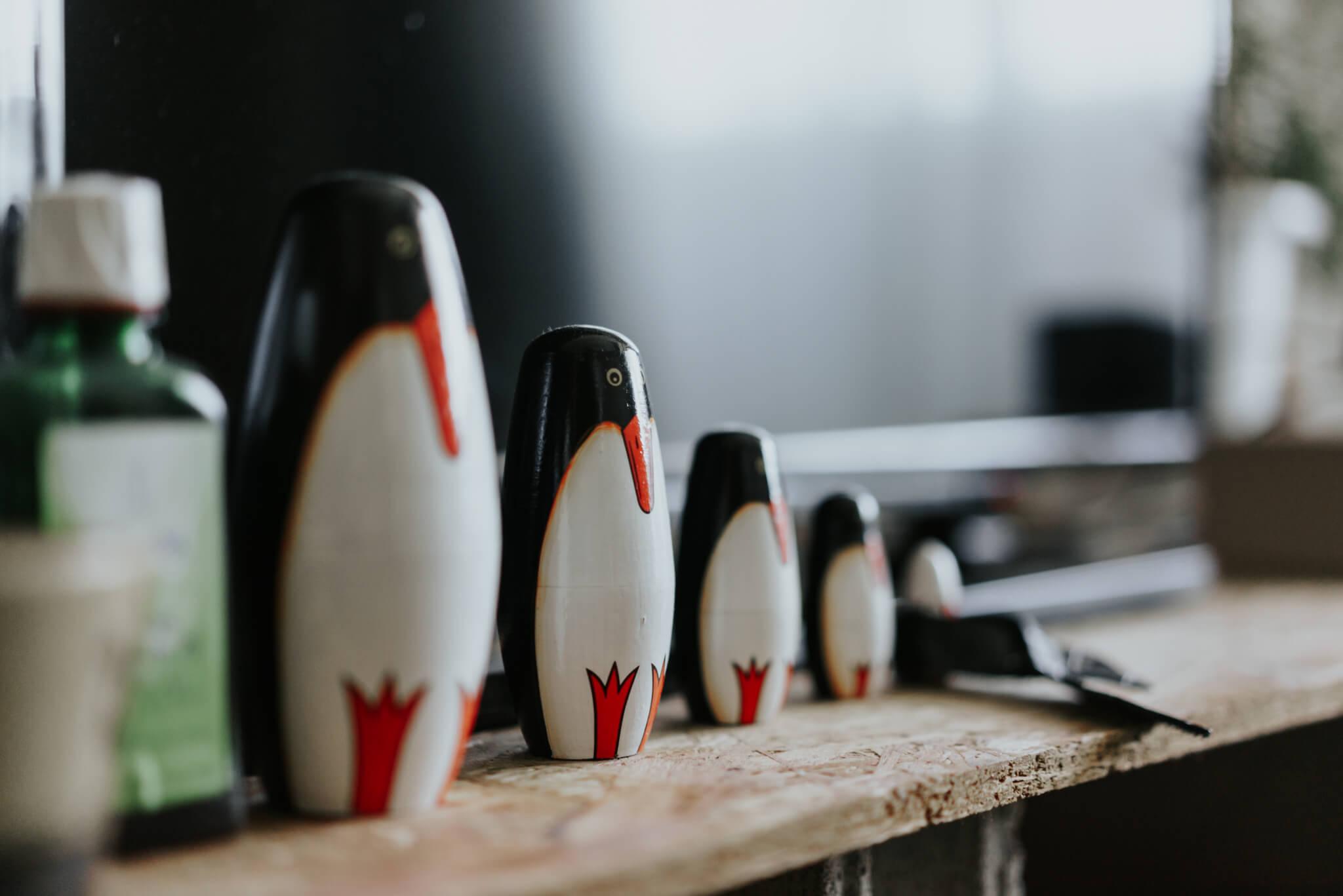 最近手に入れた、特にお気に入りの「ペンギンリョーシカ」はインテリアショップのCIBONEで購入。