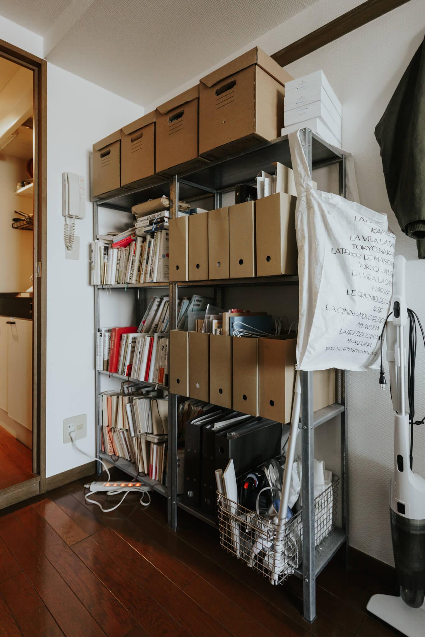本や、細々としたものの収納はこちらに。IKEAのオープンシェルフHYLISS。部屋に入ってすぐの死角となる場所に背の高い家具があるため、視線や、生活導線を遮りません。