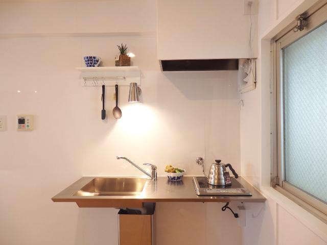キッチンも、シンプルながらとってもおしゃれ。収納スペースが少ない分、シンクの下は広々と使うことができます。自分で棚をDIYしてみても面白そうですね。