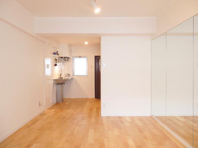 室内はこんな感じ。壁面が鏡ばりという、ちょっぴり変わった空間ですが、6畳であることを感じさせない、開放感があります。