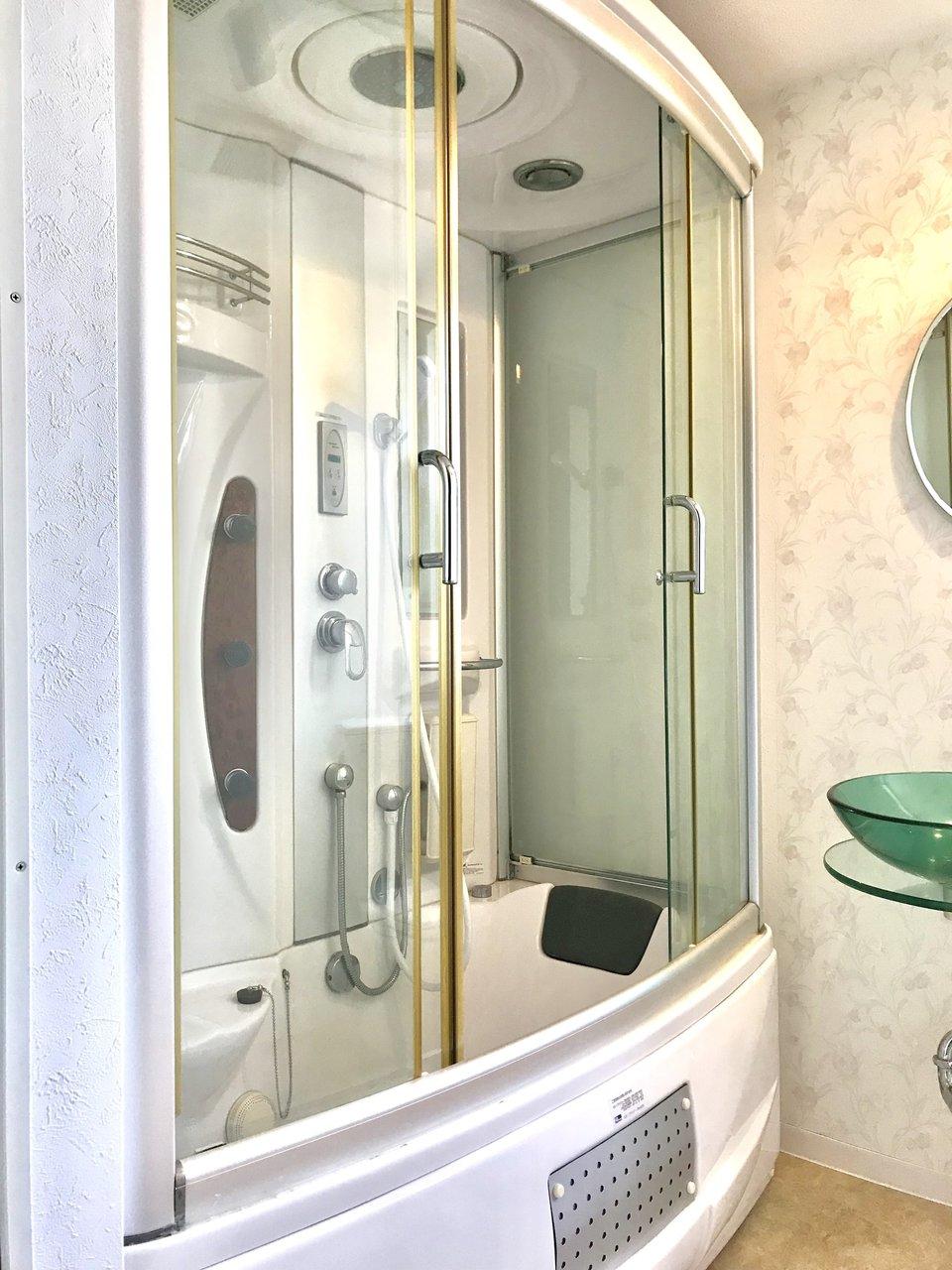 もうひとつ、敬遠されがちな設備「3点ユニット」。お風呂とトイレ、洗面台が一つになった空間のことを指します。でもこの物件なら、そんな設備もちょっとしたおすすめポイント。そう、なんといっても広いんです。お風呂には開閉式のドアもついているので、湿気が溜まりにくいのもよさそうですね。