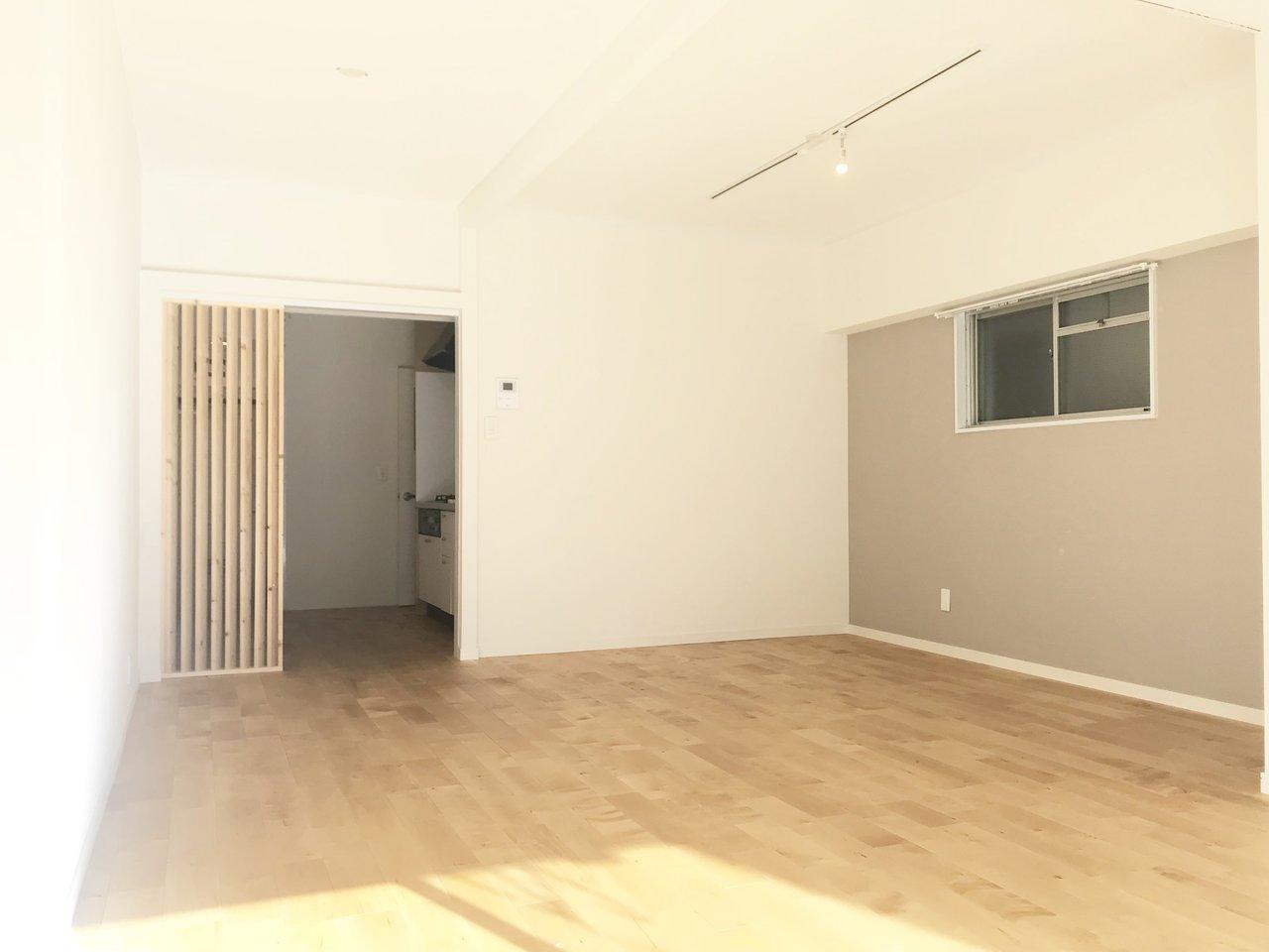 最後にご紹介したいのは、無垢材を使用し、大胆にリノベーションしたこちらの物件。もともと2DKだったお部屋の壁を大胆にぶち抜き、40㎡以上ながら、広々とした1Rのお部屋に生まれ変わりました。床の無垢材もあたたかみがあっていいですね。