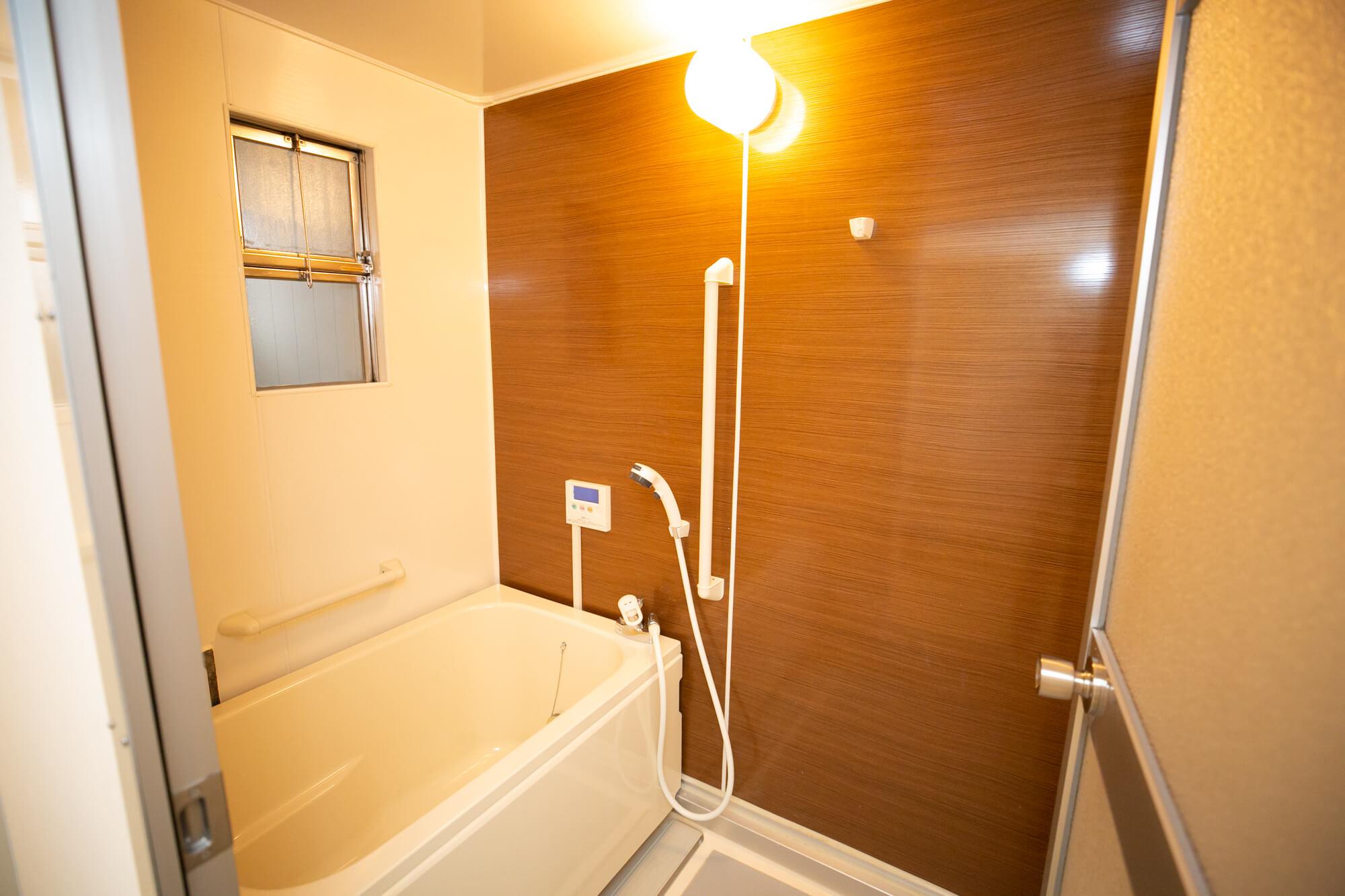 お風呂は、木目調シートを貼って雰囲気を一新。