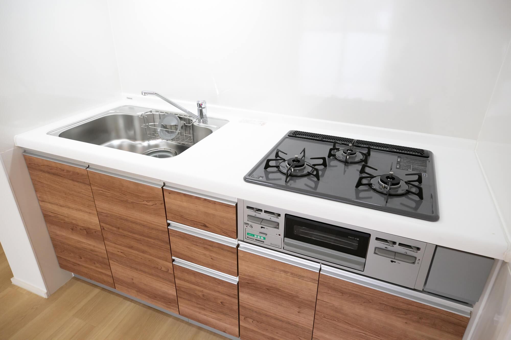 キッチンは、木目調デザインの新しいものに。ガス3口が嬉しい。天板が白くてお掃除もしやすそうです。