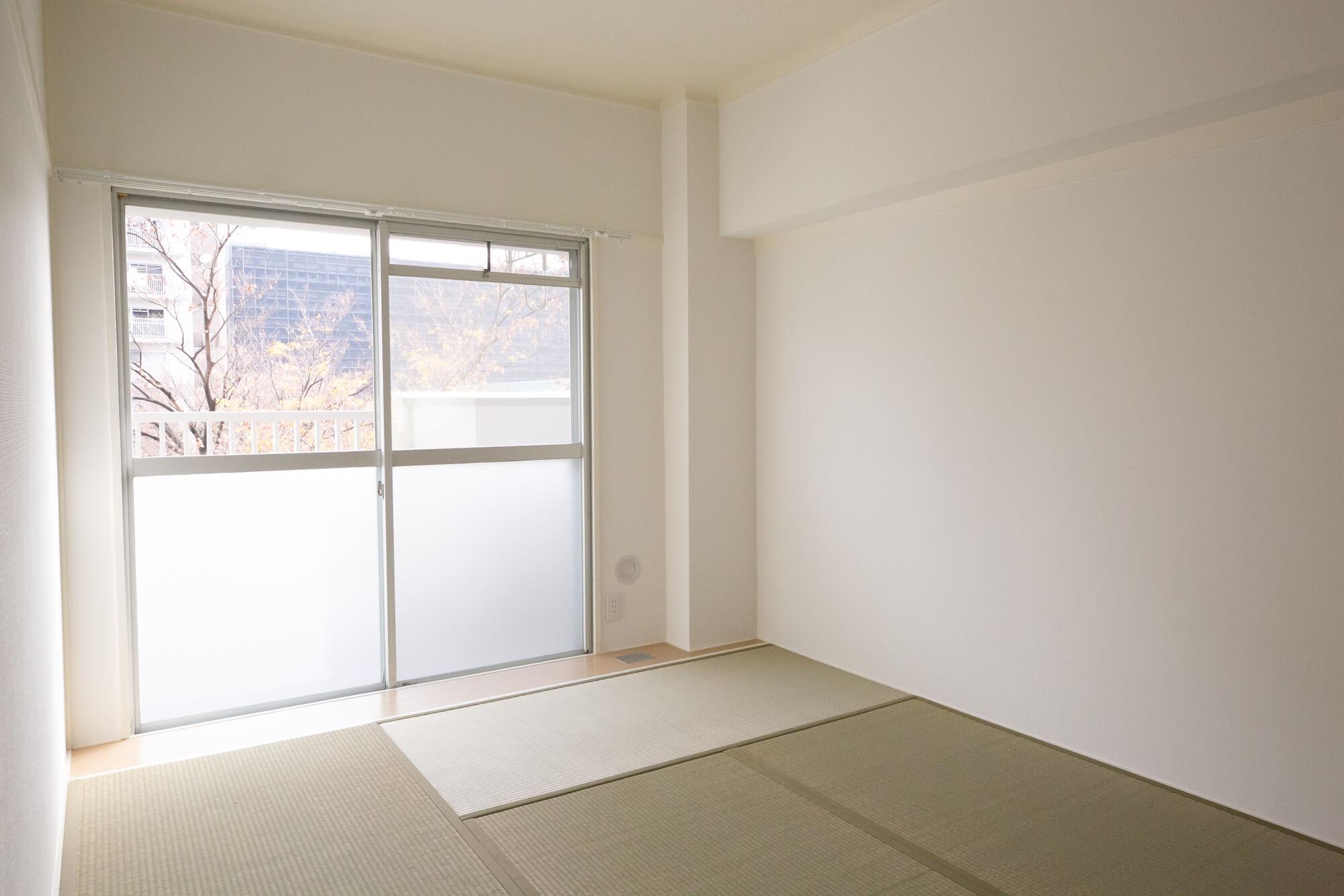 残りの2部屋は、床座でも落ち着ける和室。襖や壁も白で統一されているので、とても明るい印象でした。