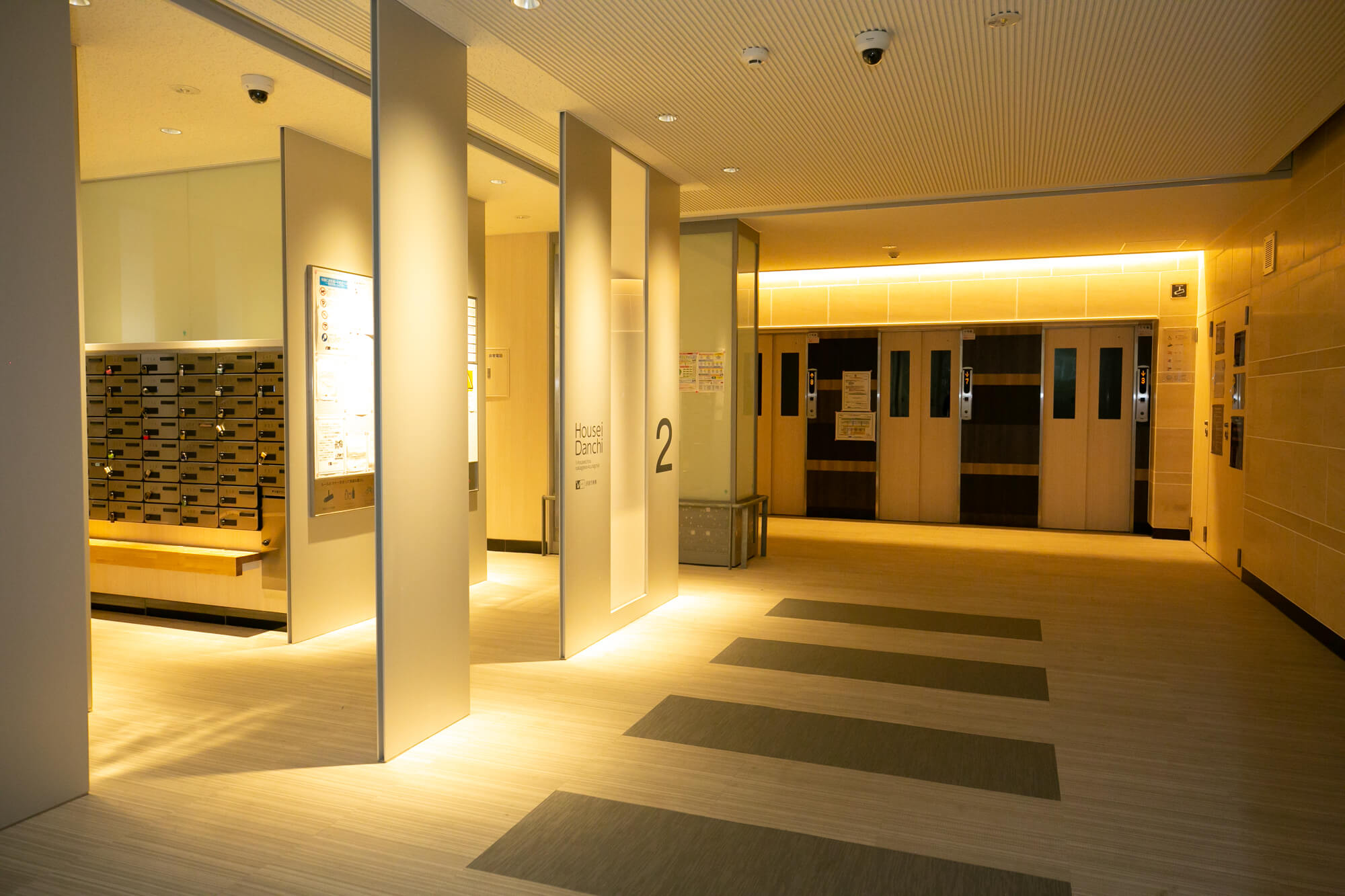エレベーターホールも、間接照明でとても雰囲気がいいです。ホテルや高級マンションのようですね。