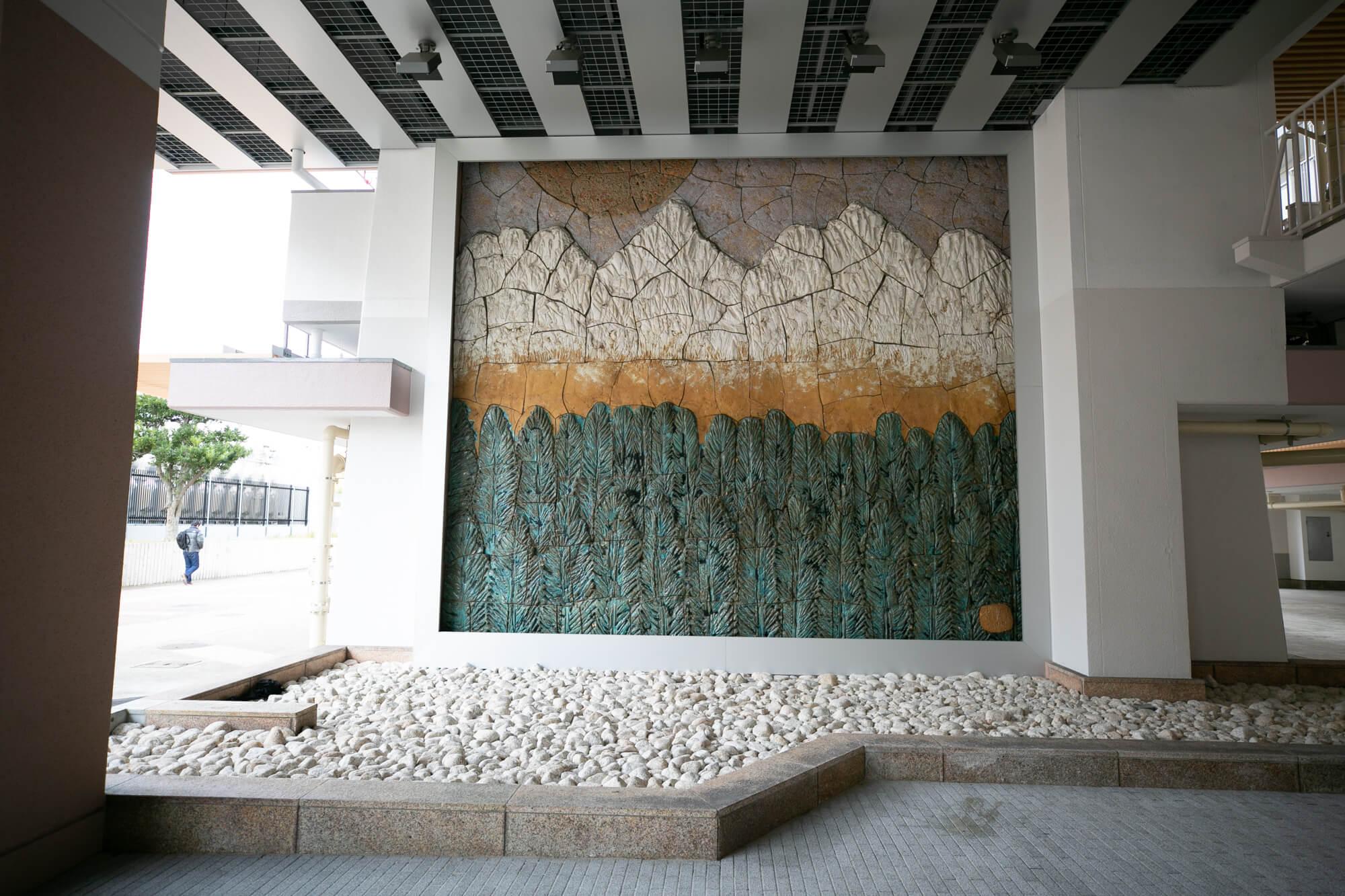 住棟のあちらこちらにとても雰囲気のある壁画があり、お聞きしたところによると地元の瀬戸出身の陶芸家の作品で、建設当初からのものだということ。素敵ですね。