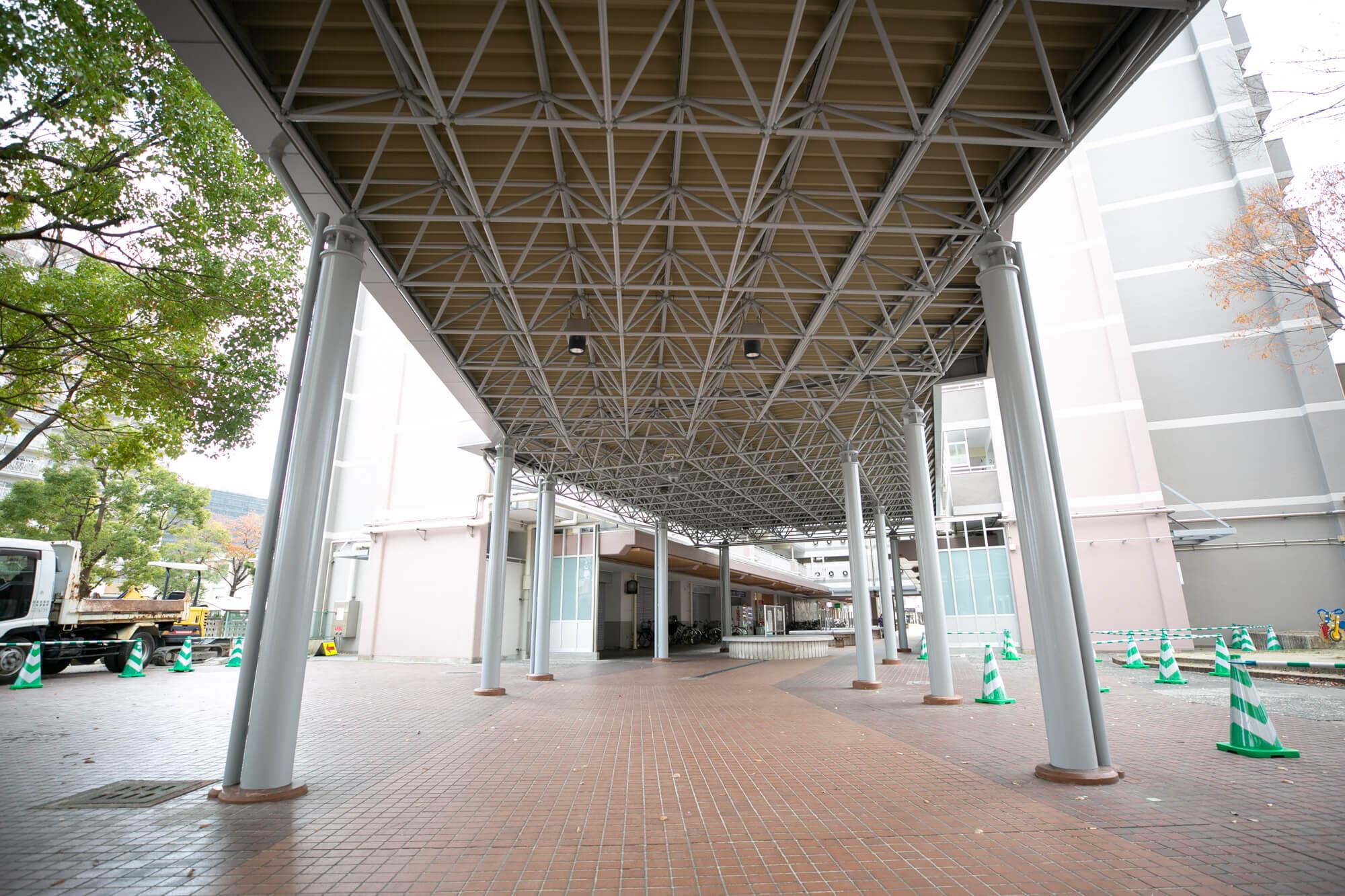 入り口から住棟までの通路に設けられた大きな屋根。バス停からお部屋まで、濡れずに歩いて来られます。