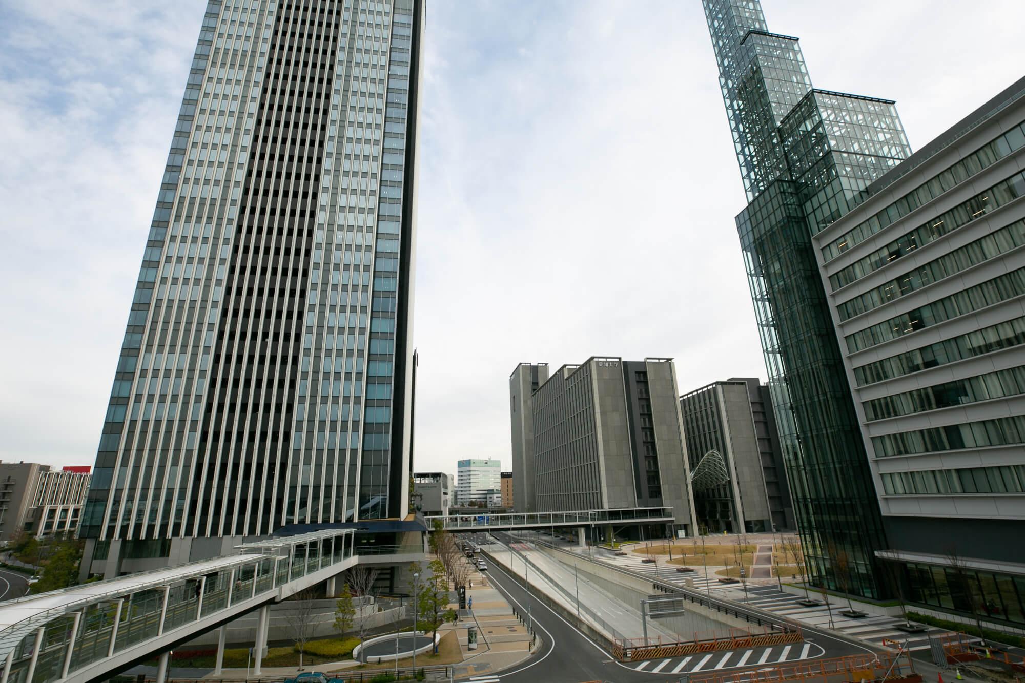 未来的な景観の、ささしまライブ駅前。
