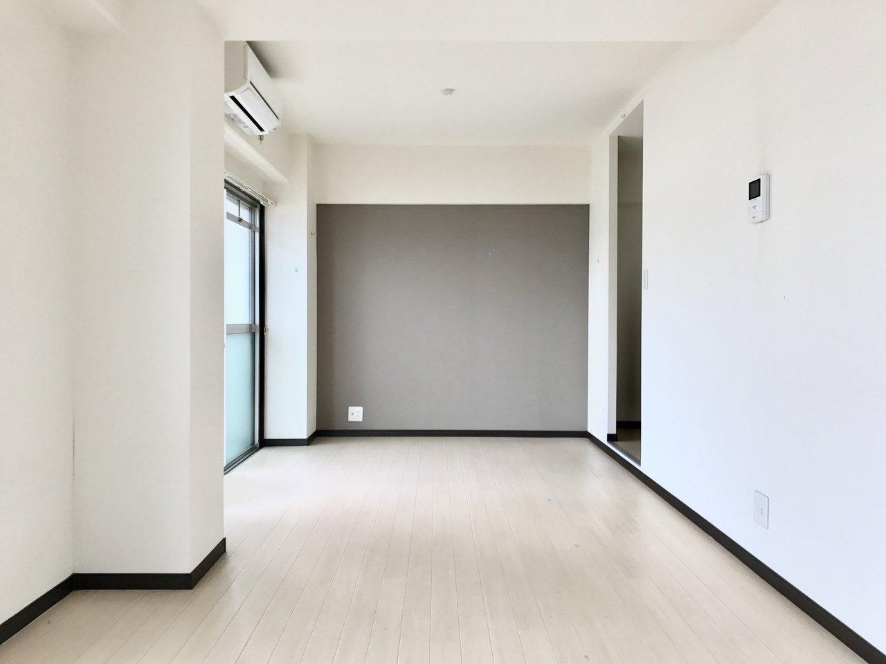 シンプル、モノトーンにリノベーションされたお部屋。いろんなスタイルのインテリアが合わせやすそうです。