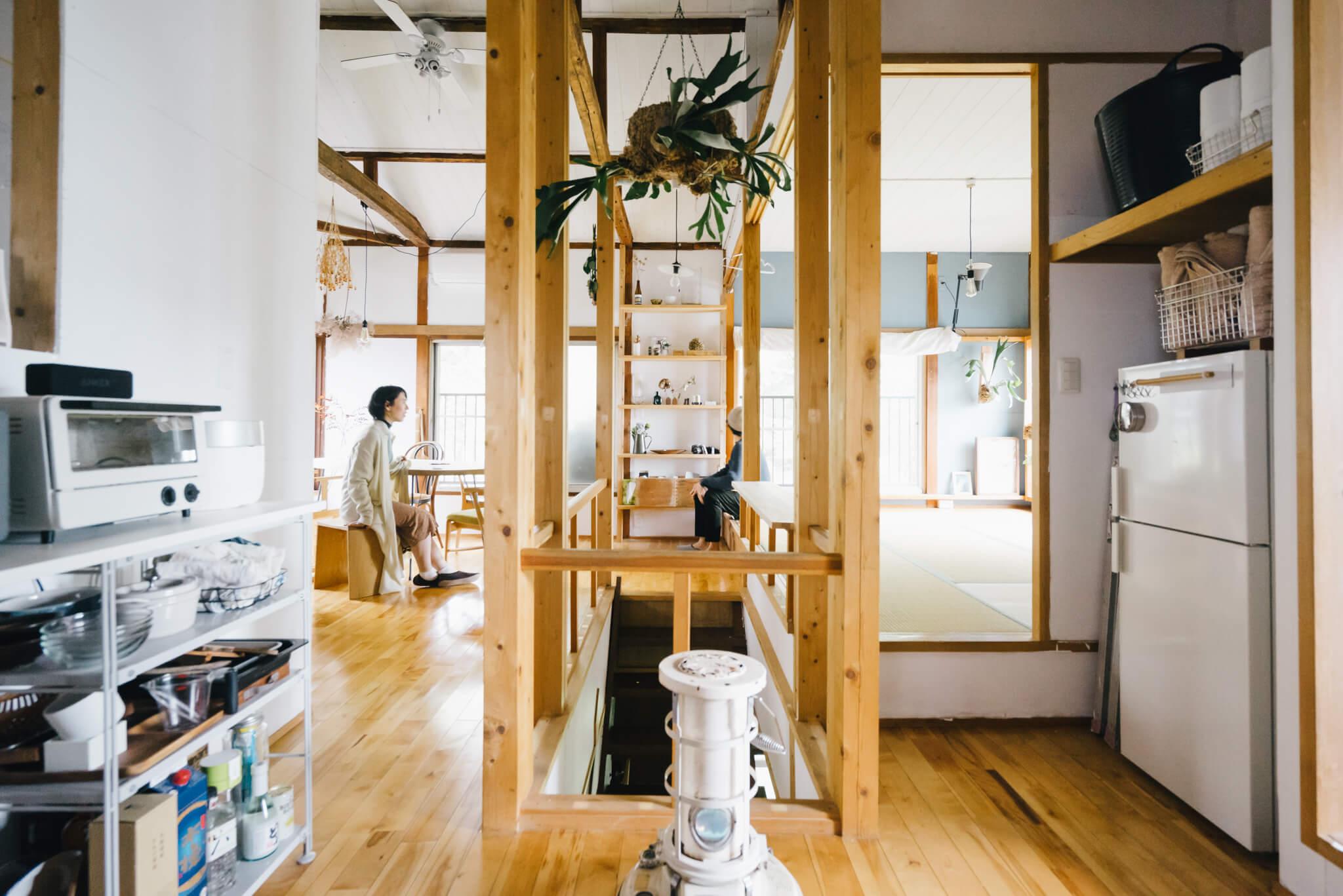 キッチンから、リビング・ダイニングのスペース、それに寝室にしている畳の小上がりまで、ゆるく仕切られながらひとつの開放的な空間に。