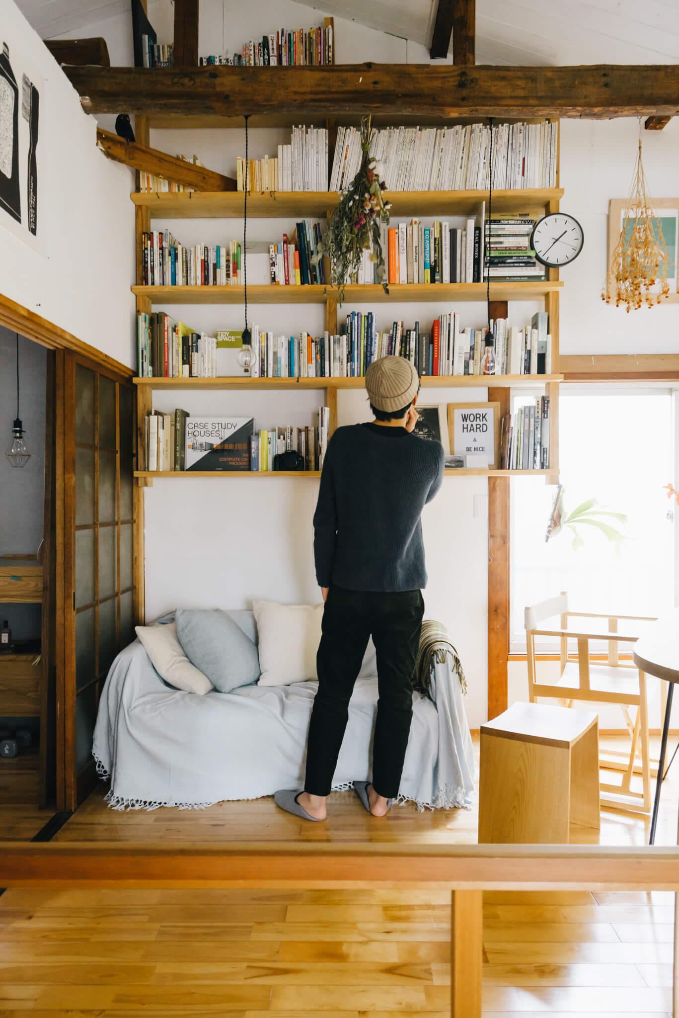 お部屋の中で、特に印象的だったのがこちらの本棚。