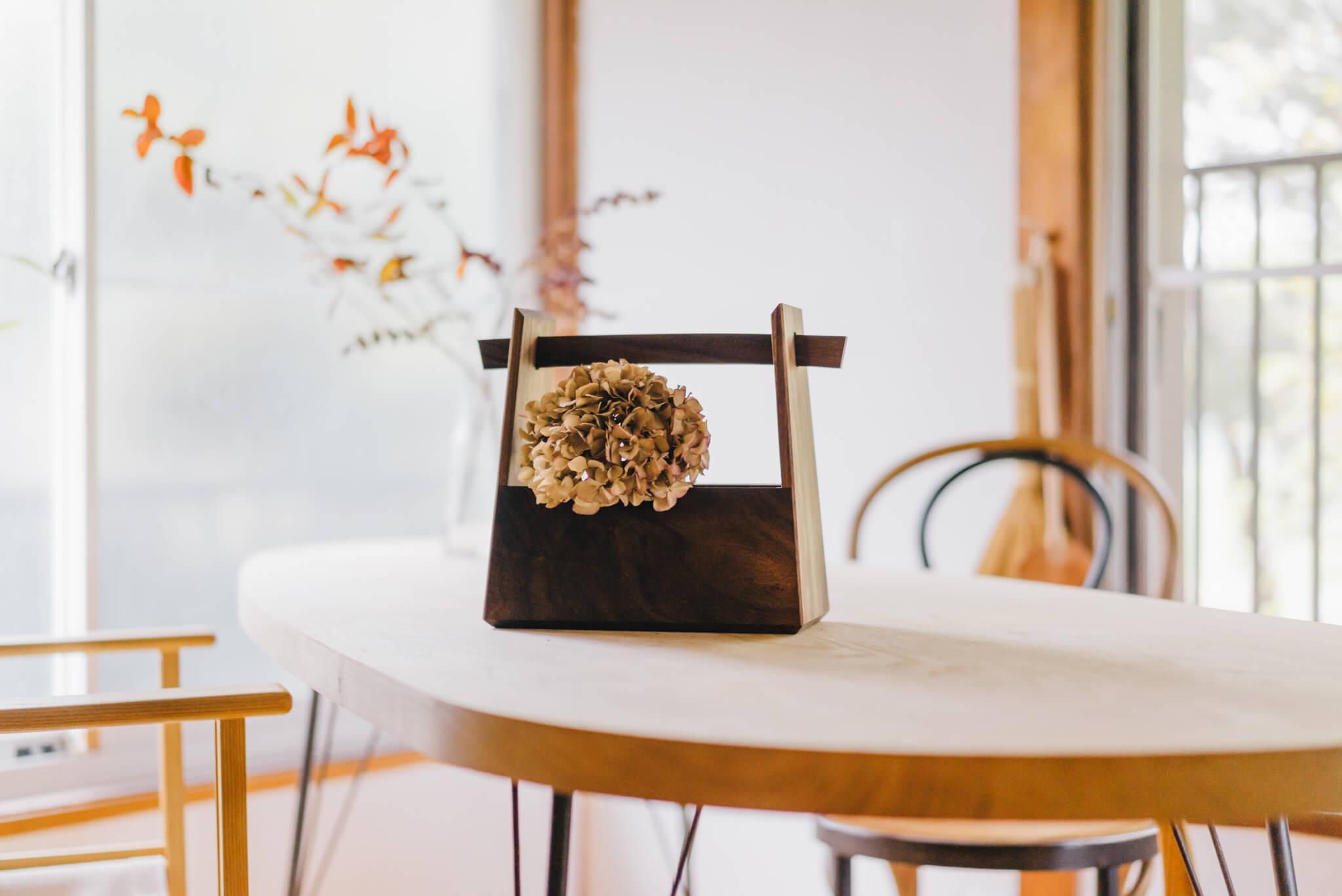 平塚さんの最近のお気に入りは、こちらの花器。花を活けて、持ち運び、場をしつらえるような使い方を想定しているもの。