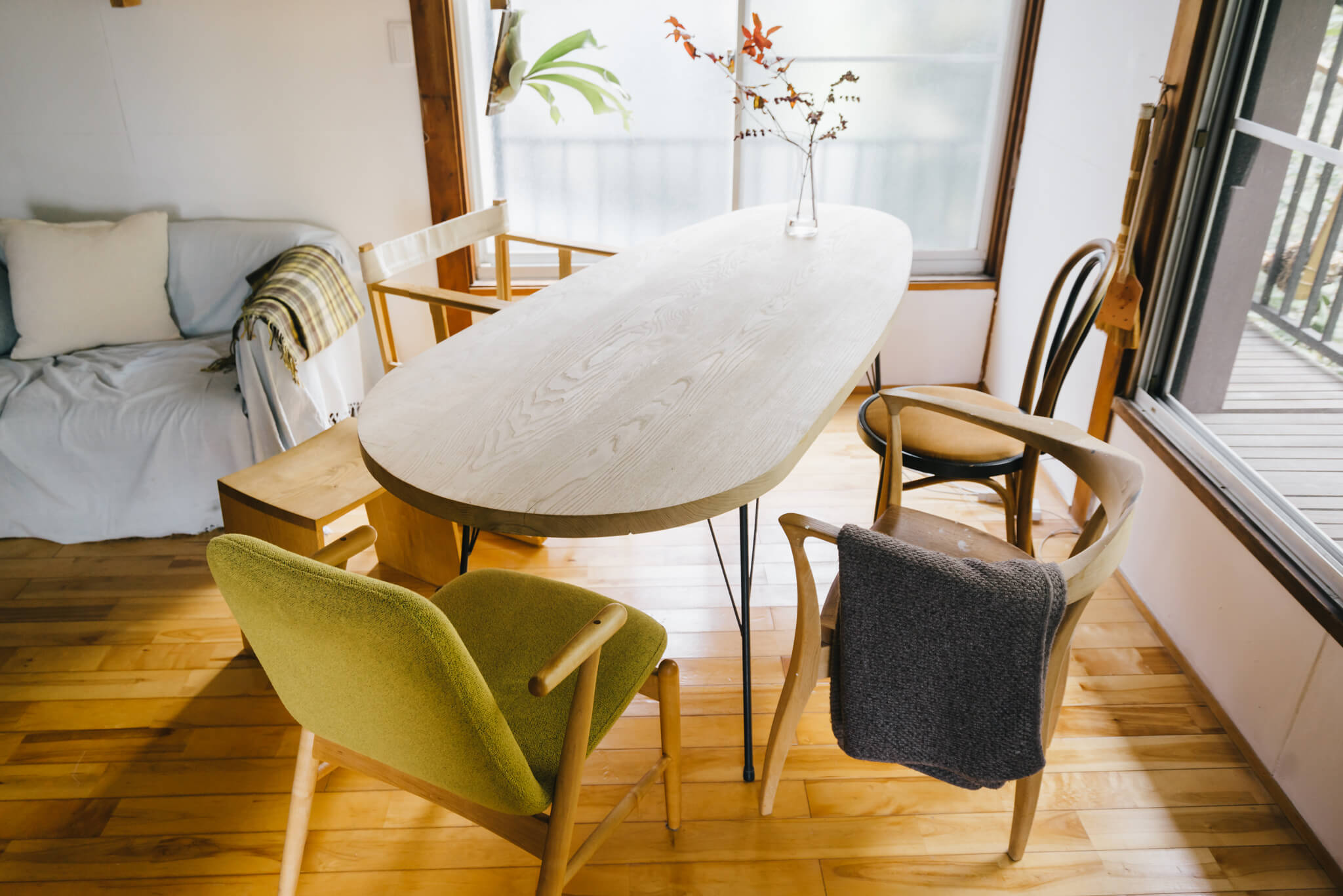 このダイニングテーブルも、平塚さんの手作り。対面に座っても、90度の位置で座ってもちょうどいいように、という緑川さんのリクエストでこの楕円形の形に。