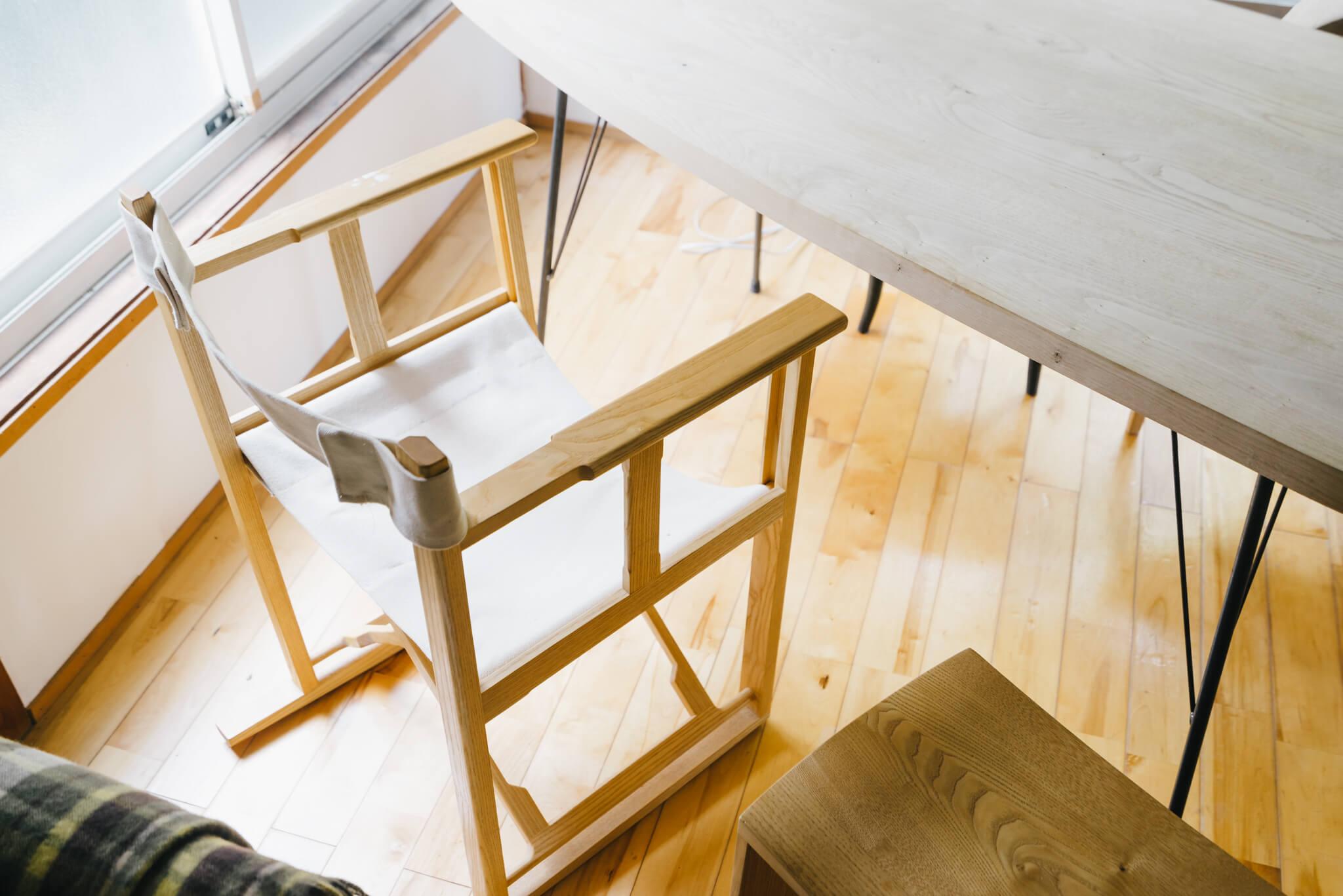 合わせてあるこの椅子も平塚さん作。キャンプなどにも持ち運べる折り畳み式のもの。