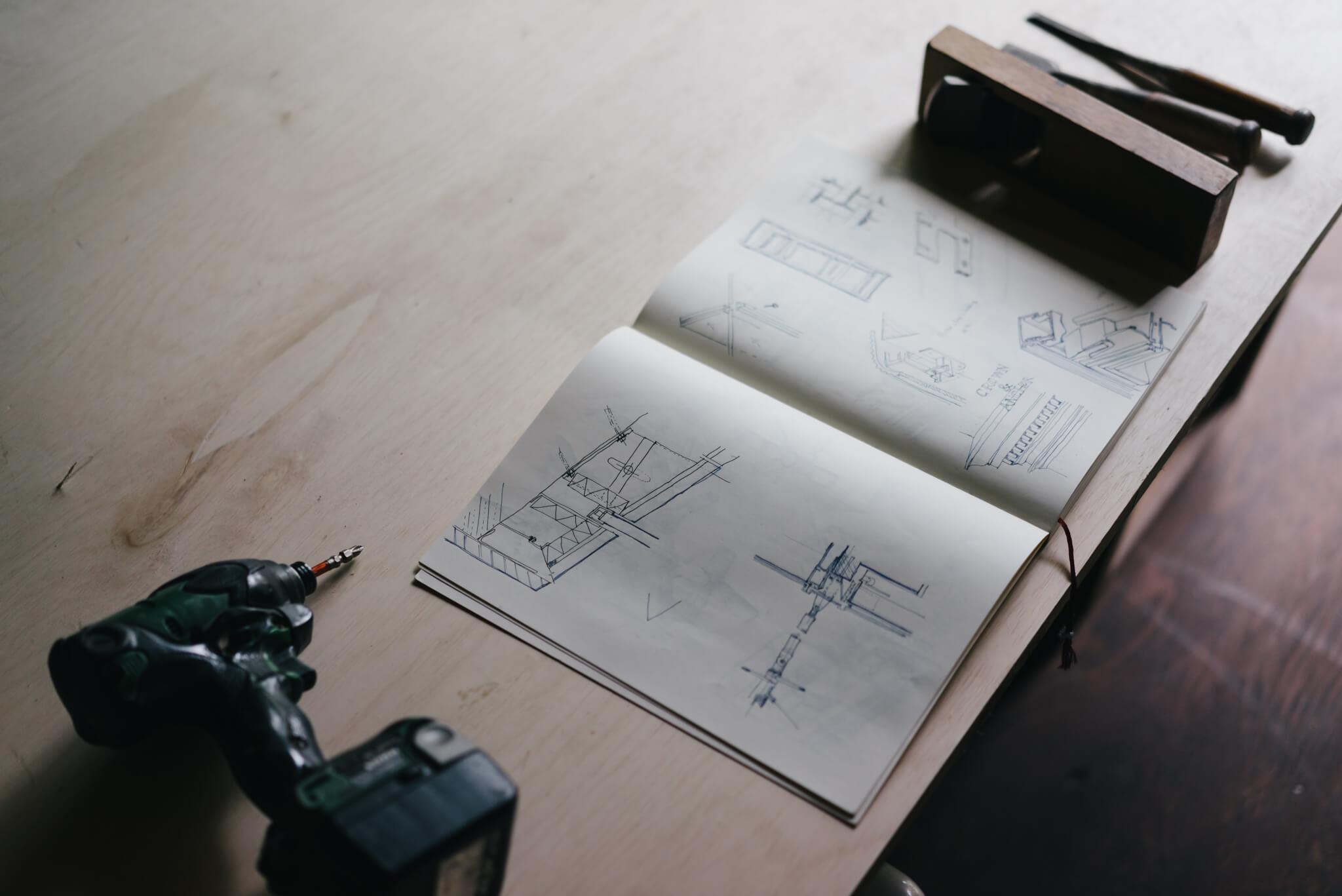 1階の土間は、作業テーブルが置かれて工房のようにも使われていました。