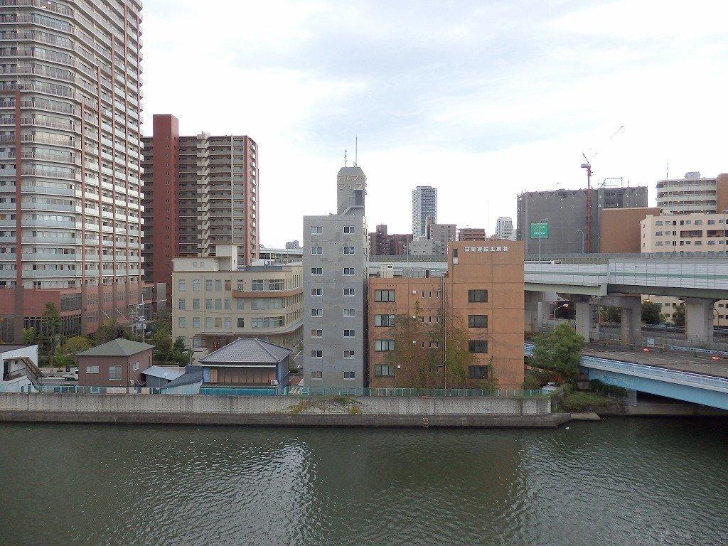 目の前に安治川がゆったりと流れる、リバーサイドホテルならぬ、リバーサイドマンション。 都会にありながら、自然をいつもそばに感じられる暮らし、というのはなかなかいいものです。
