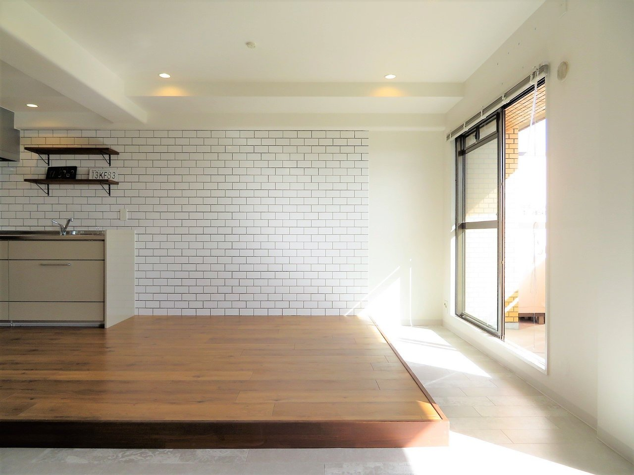 内装も、おしゃれなカフェ風にリノベーションされています。目を引くのはカフェ風のキッチンと、小上がり。アウトドアグッズや自転車などを室内に置いておきたい方にはうってつけです。この部分を面白い、と思える方に、ぜひ活用方法をお伺いしたい!