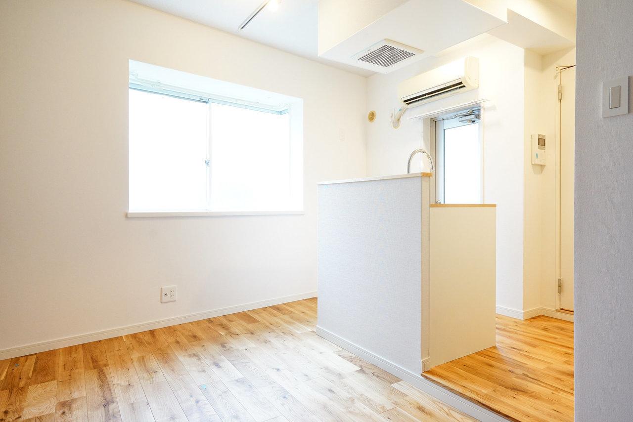 18㎡とかなりミニマムなワンルームではあるものの、正方形に近いシンプルな形がポテンシャルを秘めていたお部屋。思い切って、真ん中をキッチンにしてみました。
