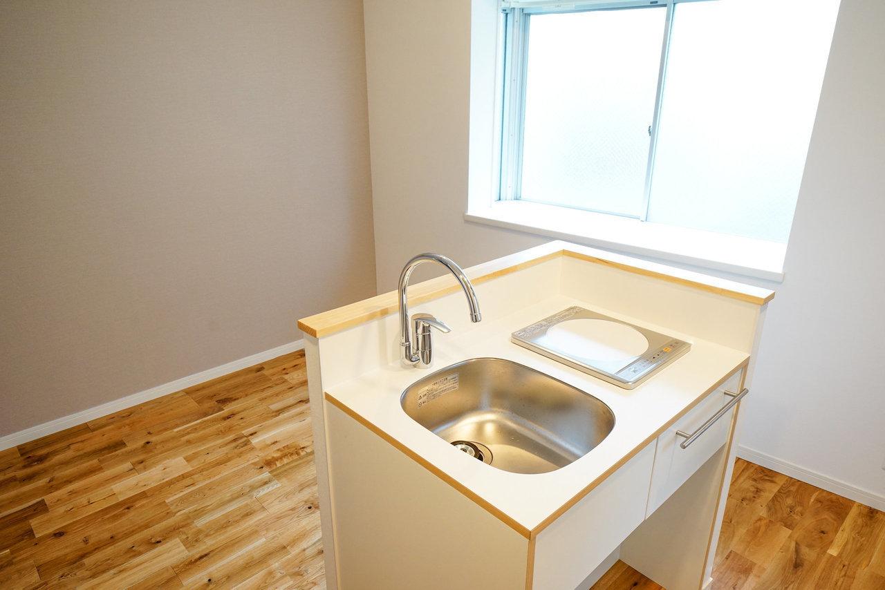 キッチンからみたところがこう。ここで空間がしきれるので、なんとなくいい感じにまとまりそうじゃありません?