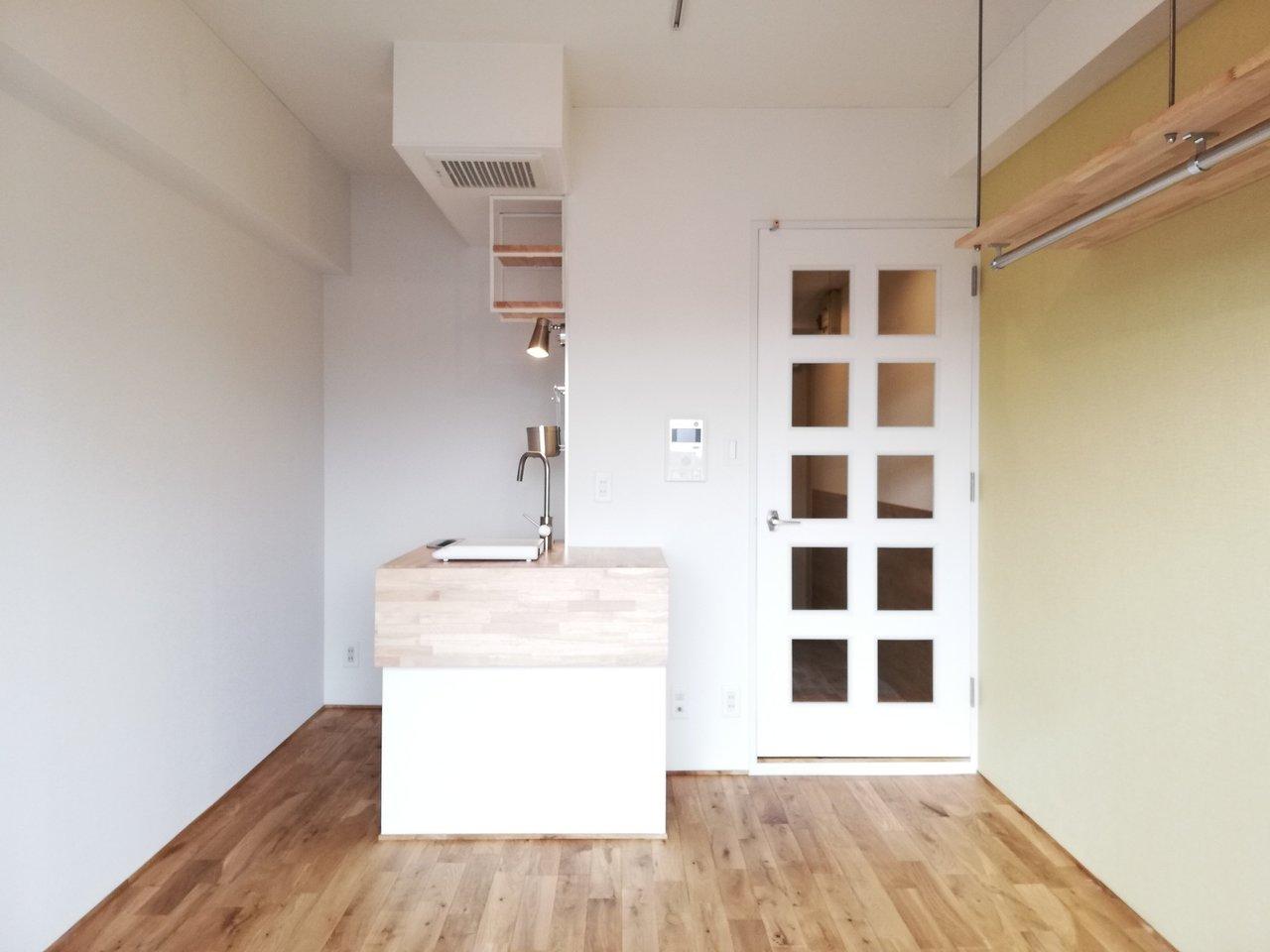 こちらも18㎡のワンルームですが、なるほどうまく考えたな!と間取り図を見てちょっと惚れ惚れとするお部屋です。角に作られたキッチンがポイント。