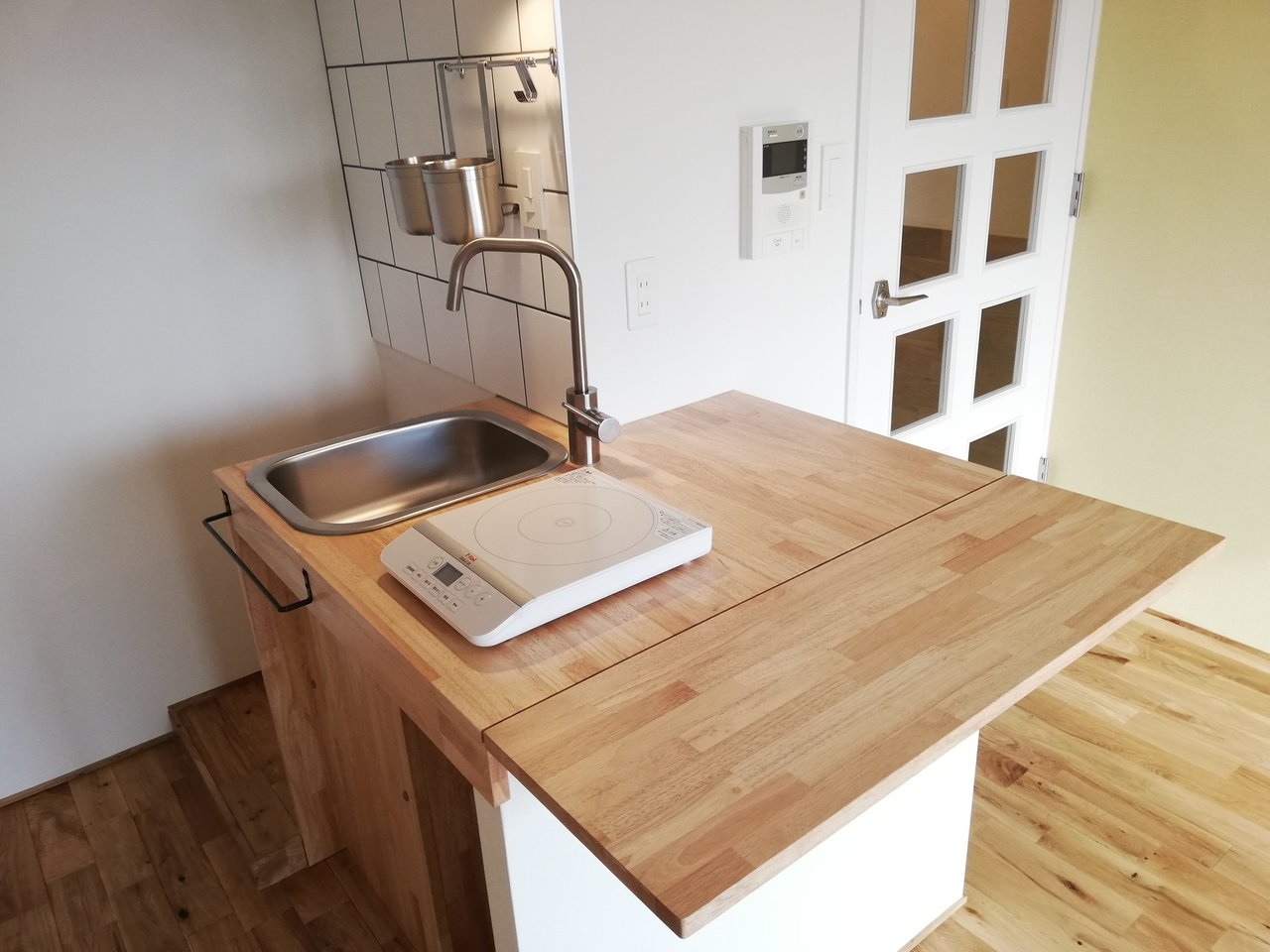 このカウンター部分、パタンと開くとこんな広い作業テーブル&ダイニングテーブルを兼ねちゃうんです。これ!これですよ!