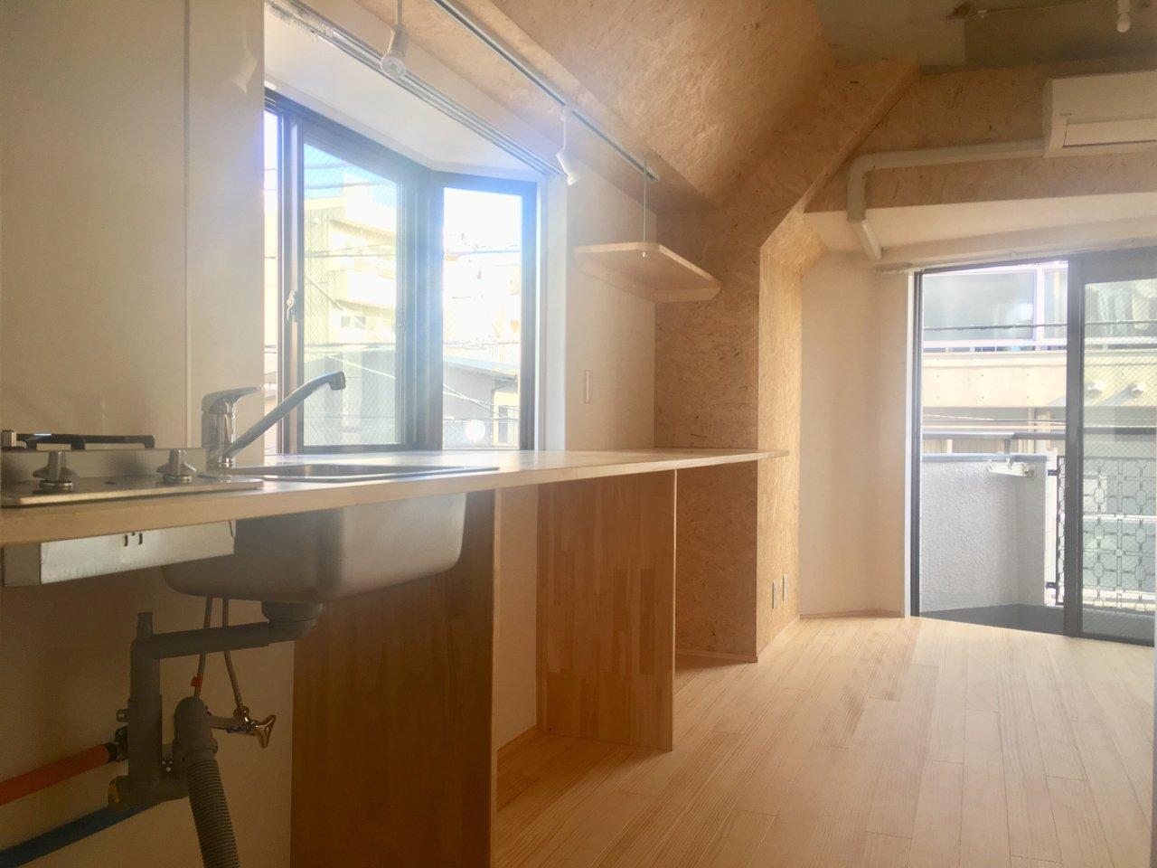いい感じの出窓を活かして、壁側にながーいカウンターを設置!こういうの、好きなんですよね。