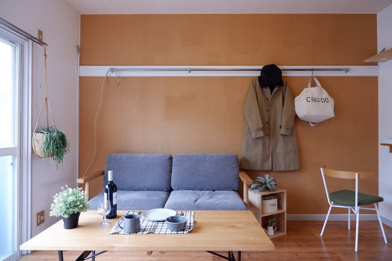 オレンジがアクセントの壁には、いろんなものがかけられるバーがついていて、なかなか便利そうですよ。