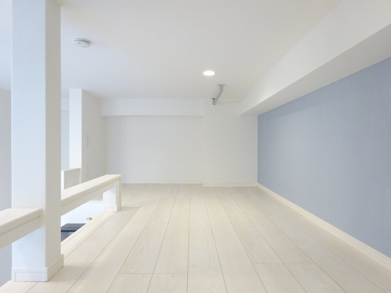 ロフトは淡いブルーの壁紙がとっても映えて素敵です。しかもここだけで6畳もあるので、寝室としてだけではなく、洋服や本など、収納スペースとしても使えそう。