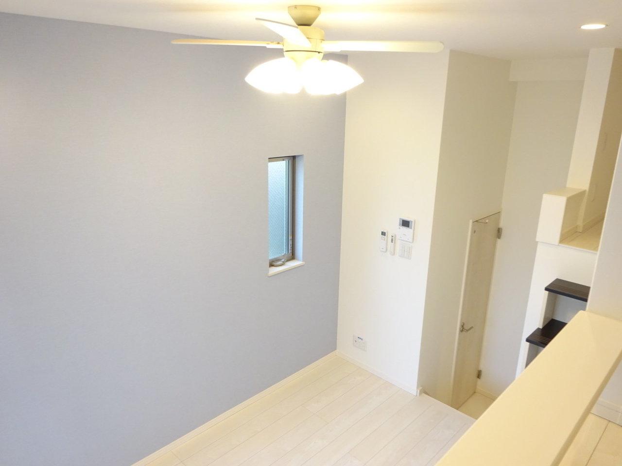 ロフトへの段数が少ない分、天井の高さは普通のロフト物件よりも低いのでは? と思いきや、キッチンからリビング、リビングからロフト、とそれぞれ段差があるので、結果的に広々とした開放感を味わえそうです。