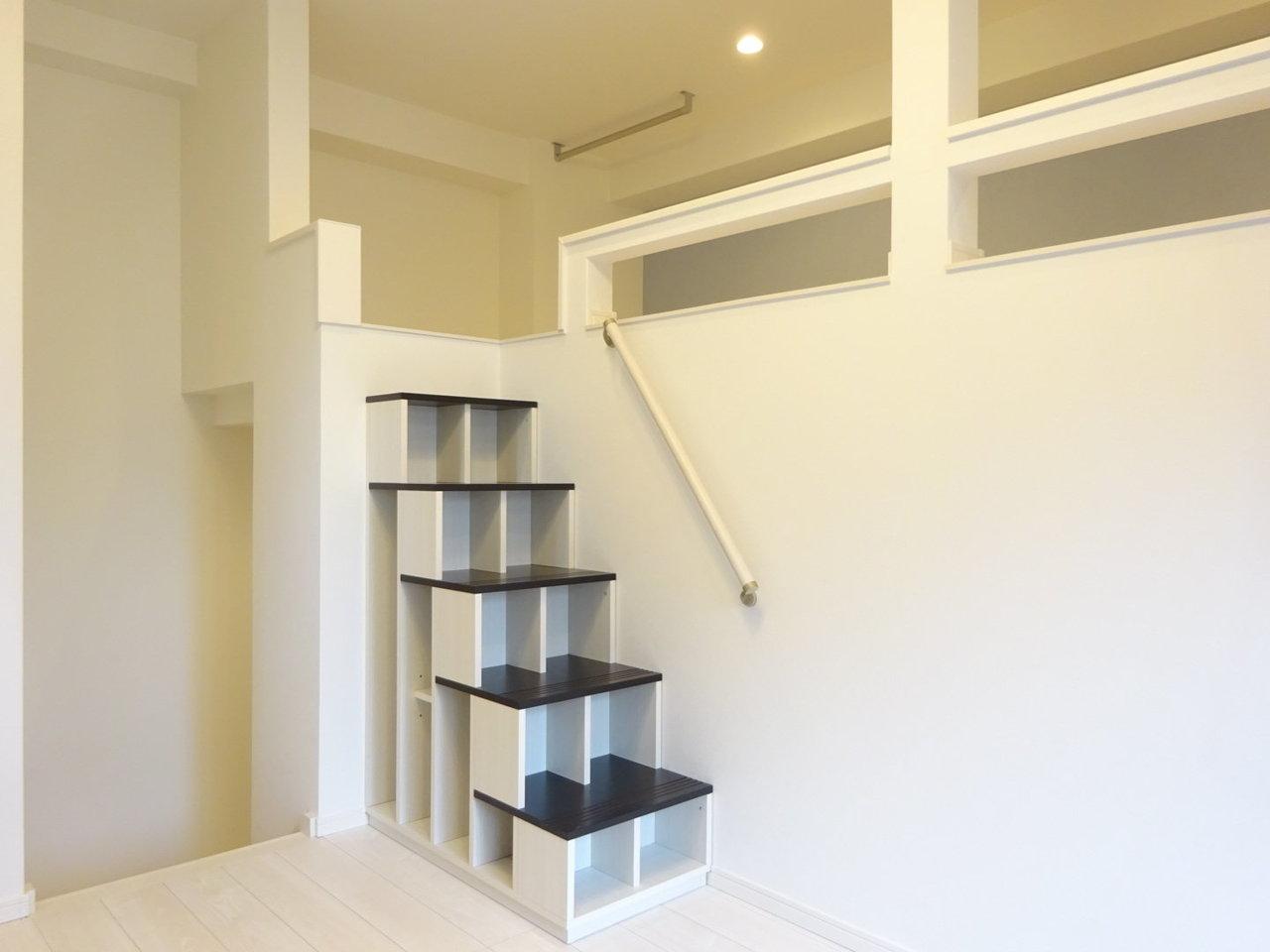 ロフトといったらはしご、という先入観がありましたが、こちらの物件はしっかりとした階段でロフト部分を行き来します。安定感があり、段数も少ないため、ロフトスペースへも行きやすいのが特徴です。