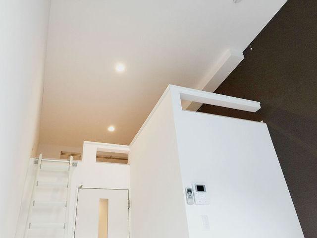 天井も高い!落ち着いた茶色の壁紙も、いいですね。